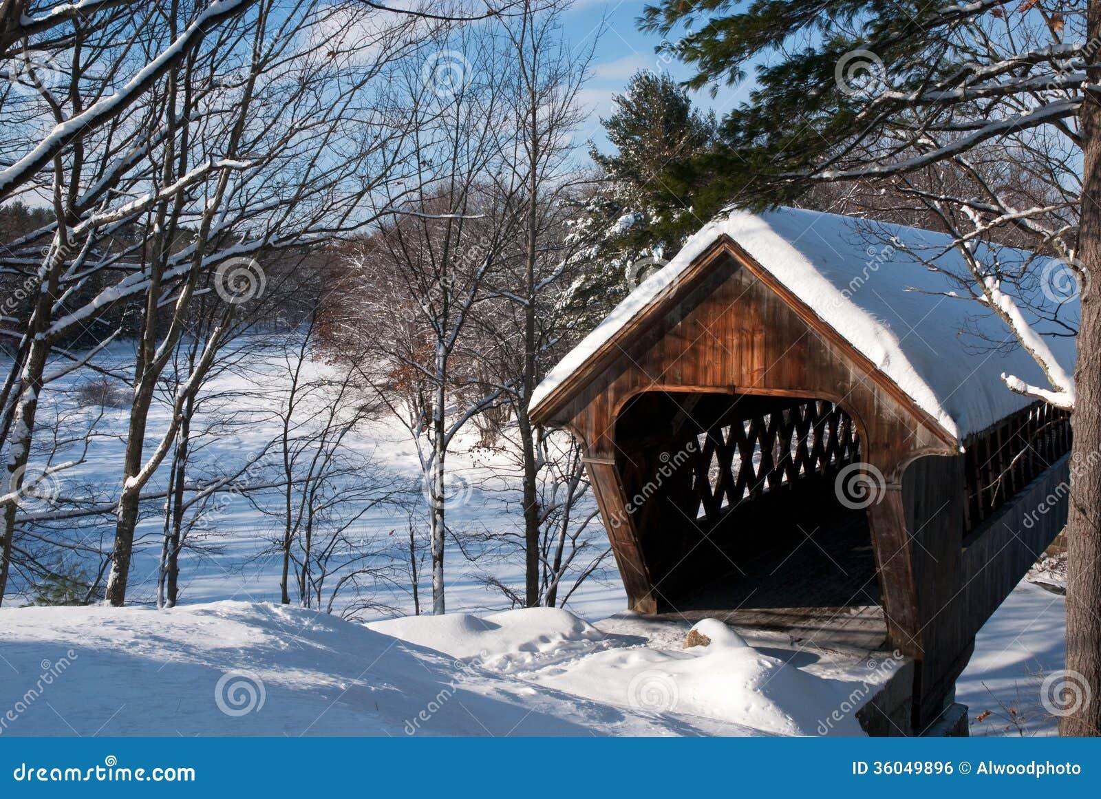 Pont couvert de neige en Nouvelle Angleterre