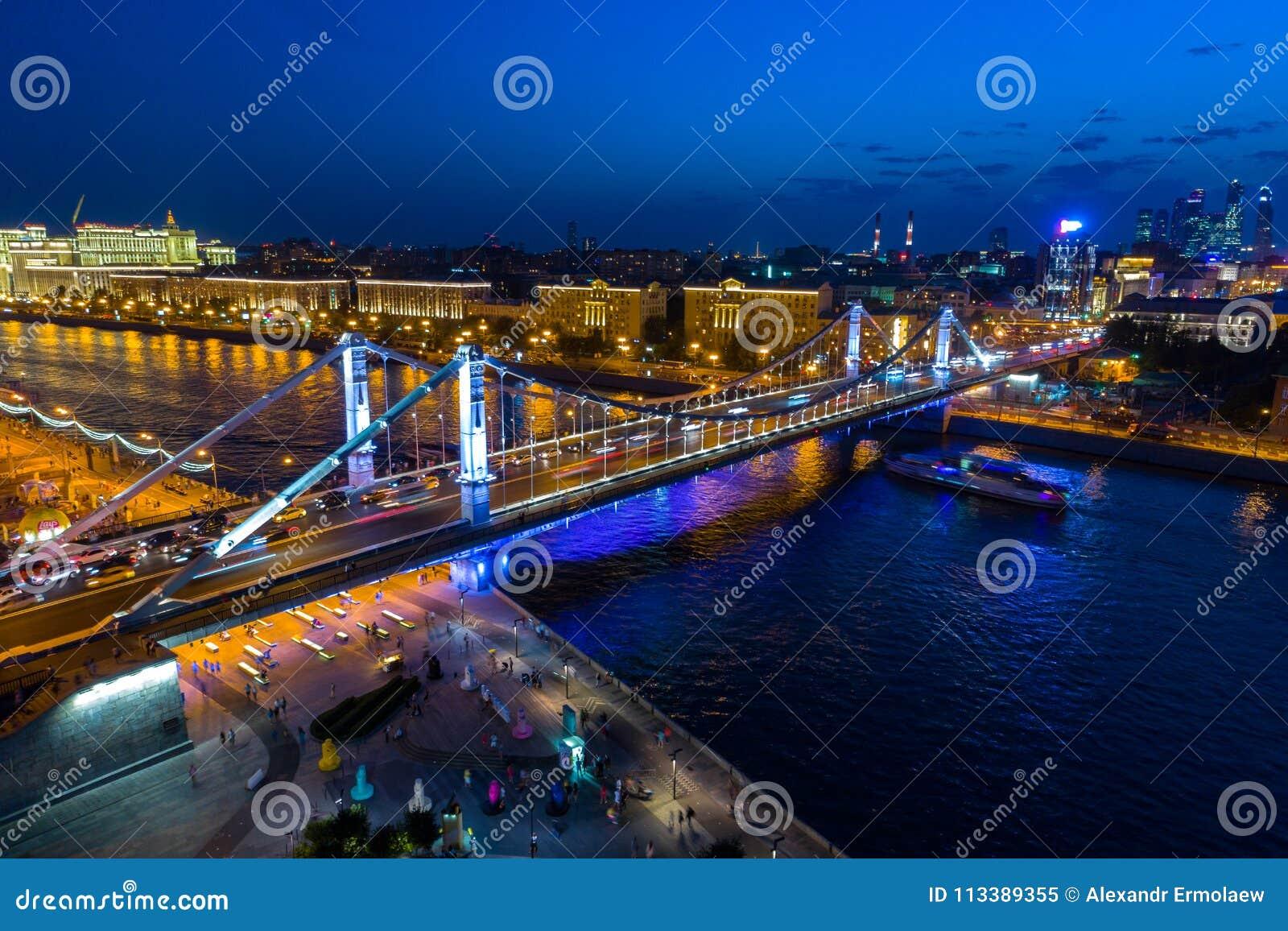 Pont criméen à Moscou, avec l illumination de nuit