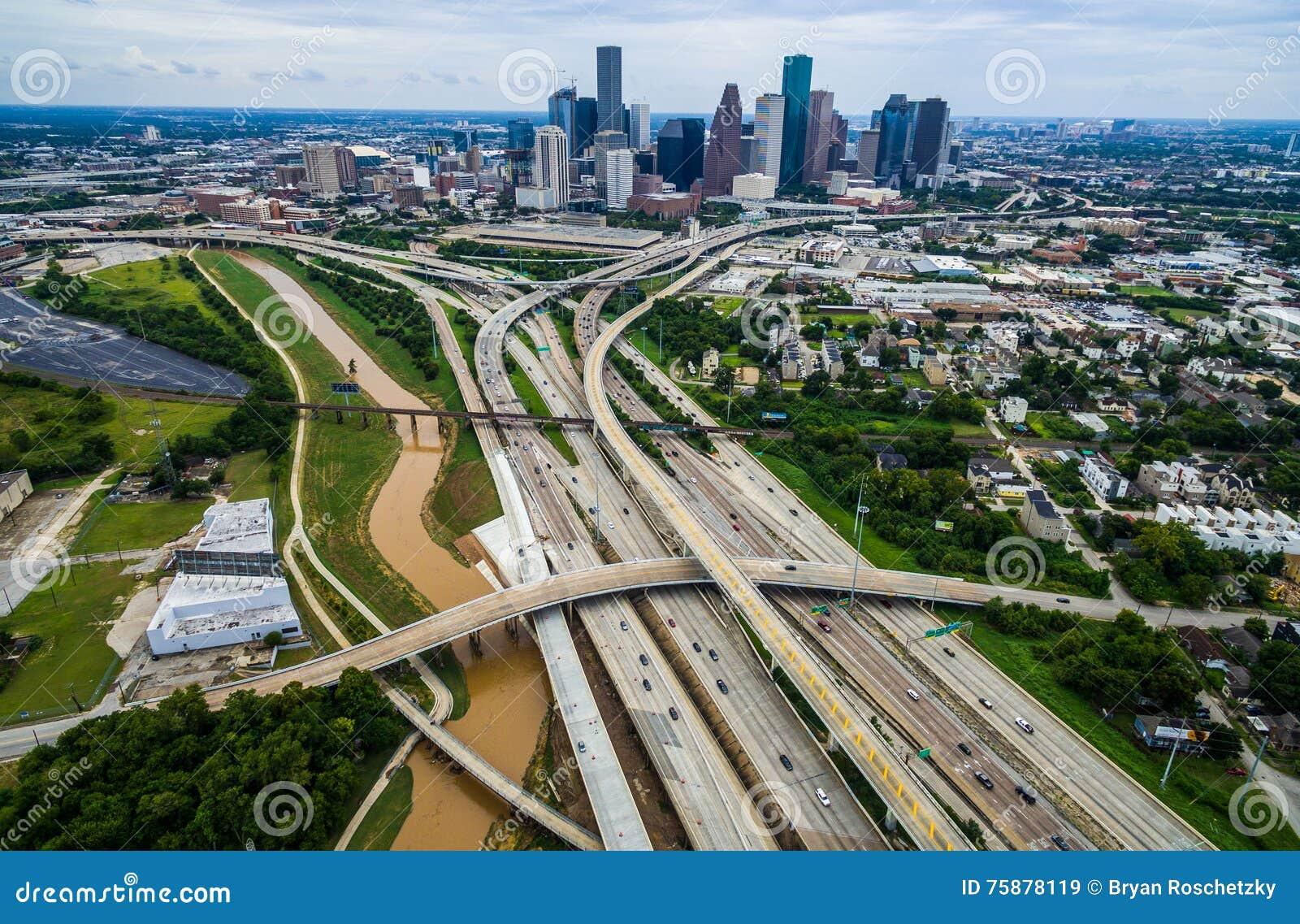 Pont d expansion urbaine et vue aérienne élevée de bourdon de passages supérieurs au-dessus de vue de Houston Texas Urban Highway