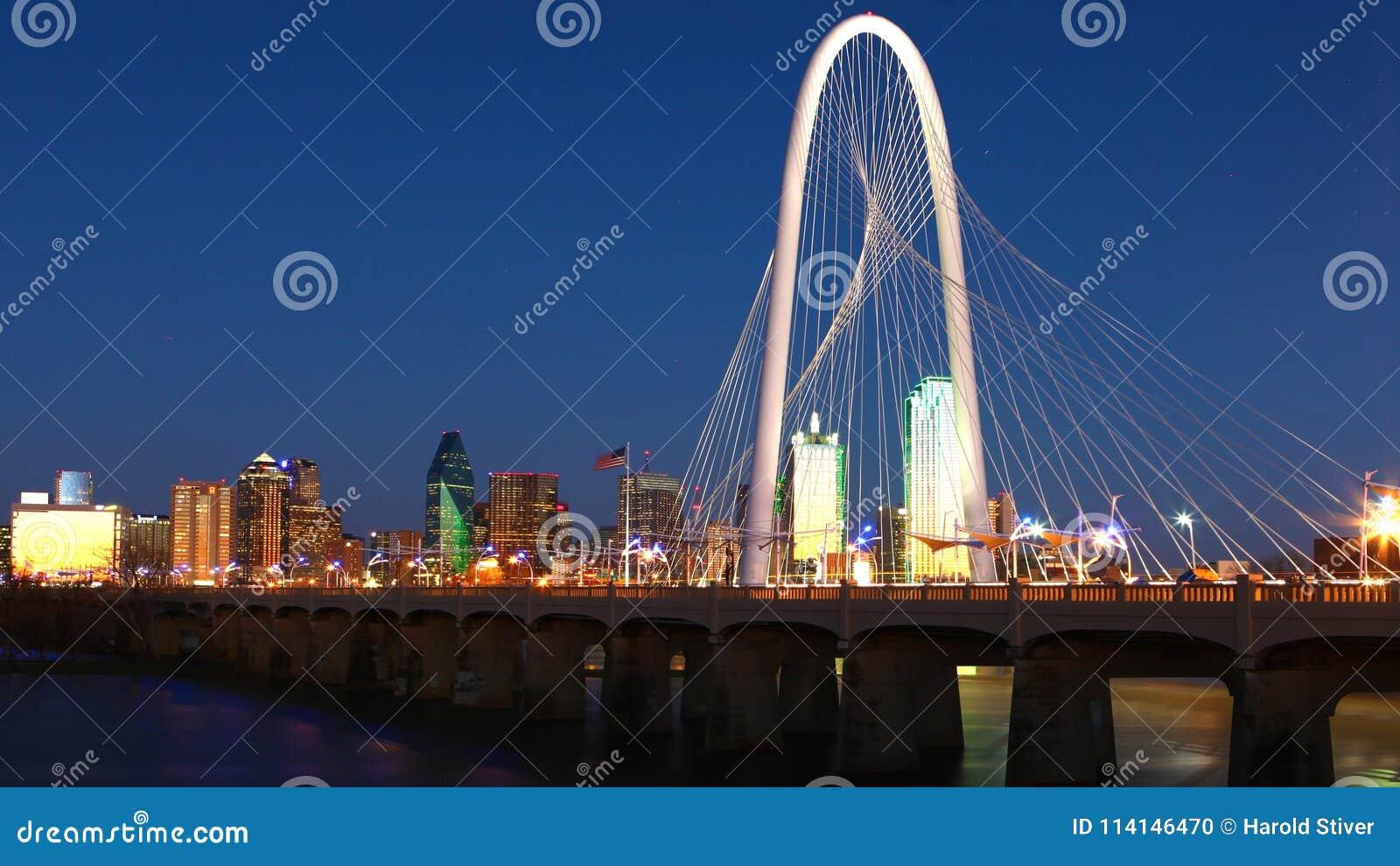 Pont dans Dallas la nuit