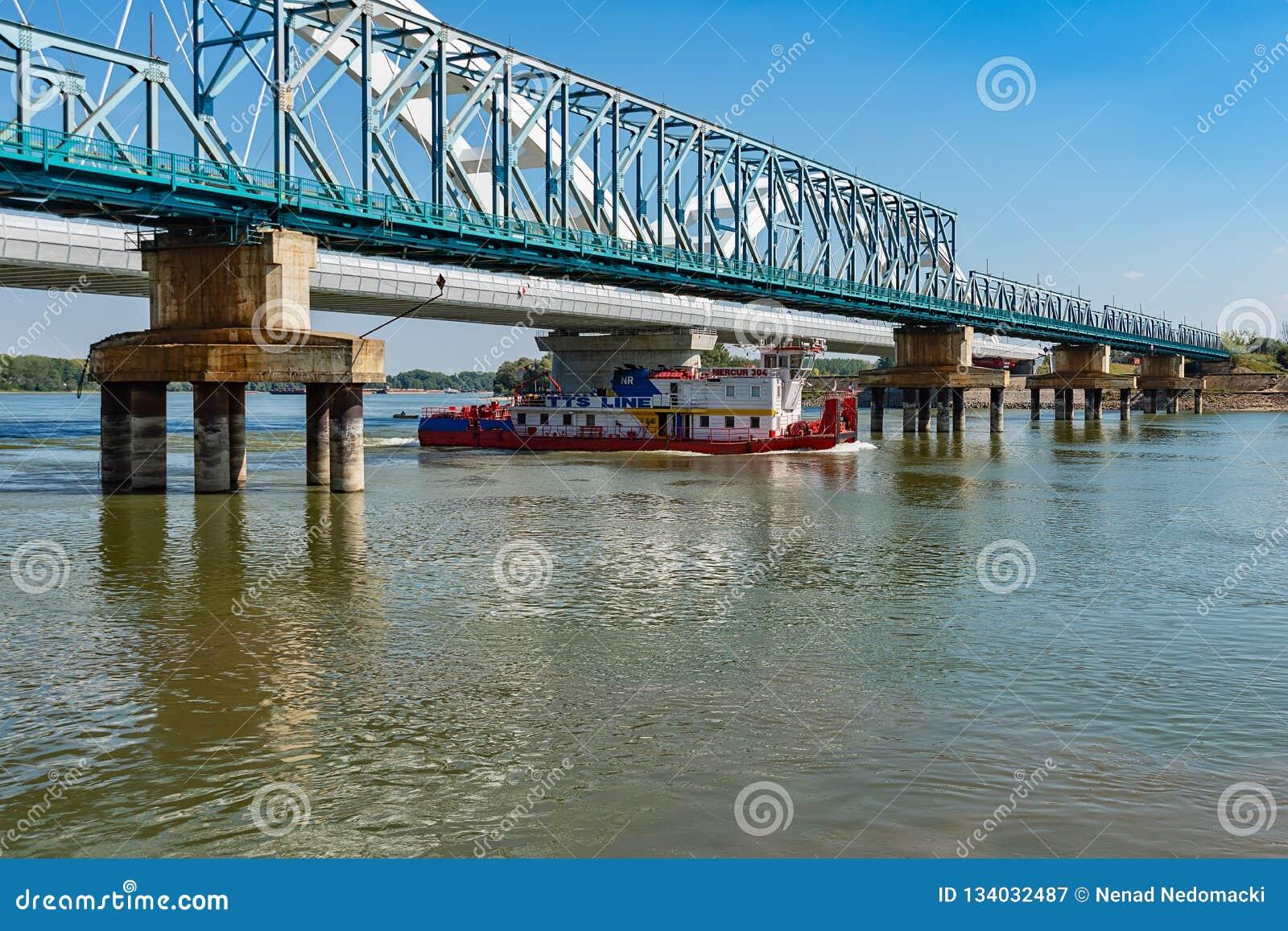 """Pont de """"Bosko Perosevic """"et pont de Zezelj au-dessus de Danube à Novi Sad Un cargo sur le Dan"""