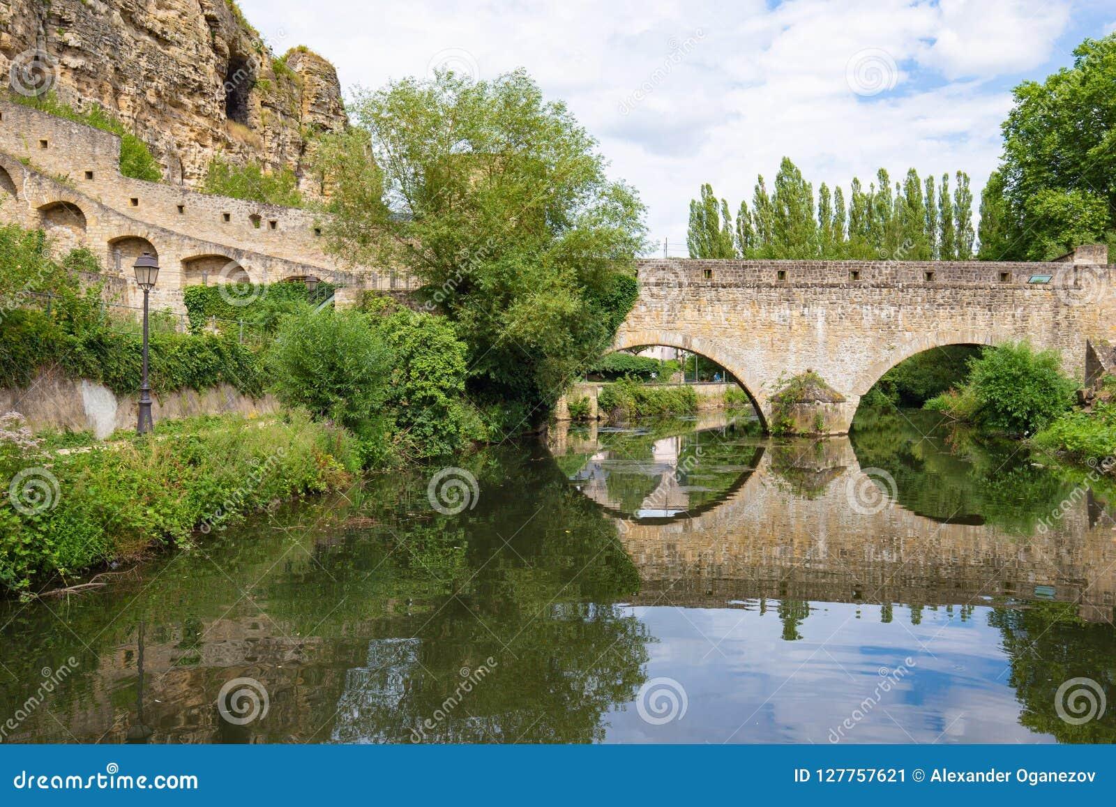 Pont de brique d arc au-dessus de la rivière au Luxembourg