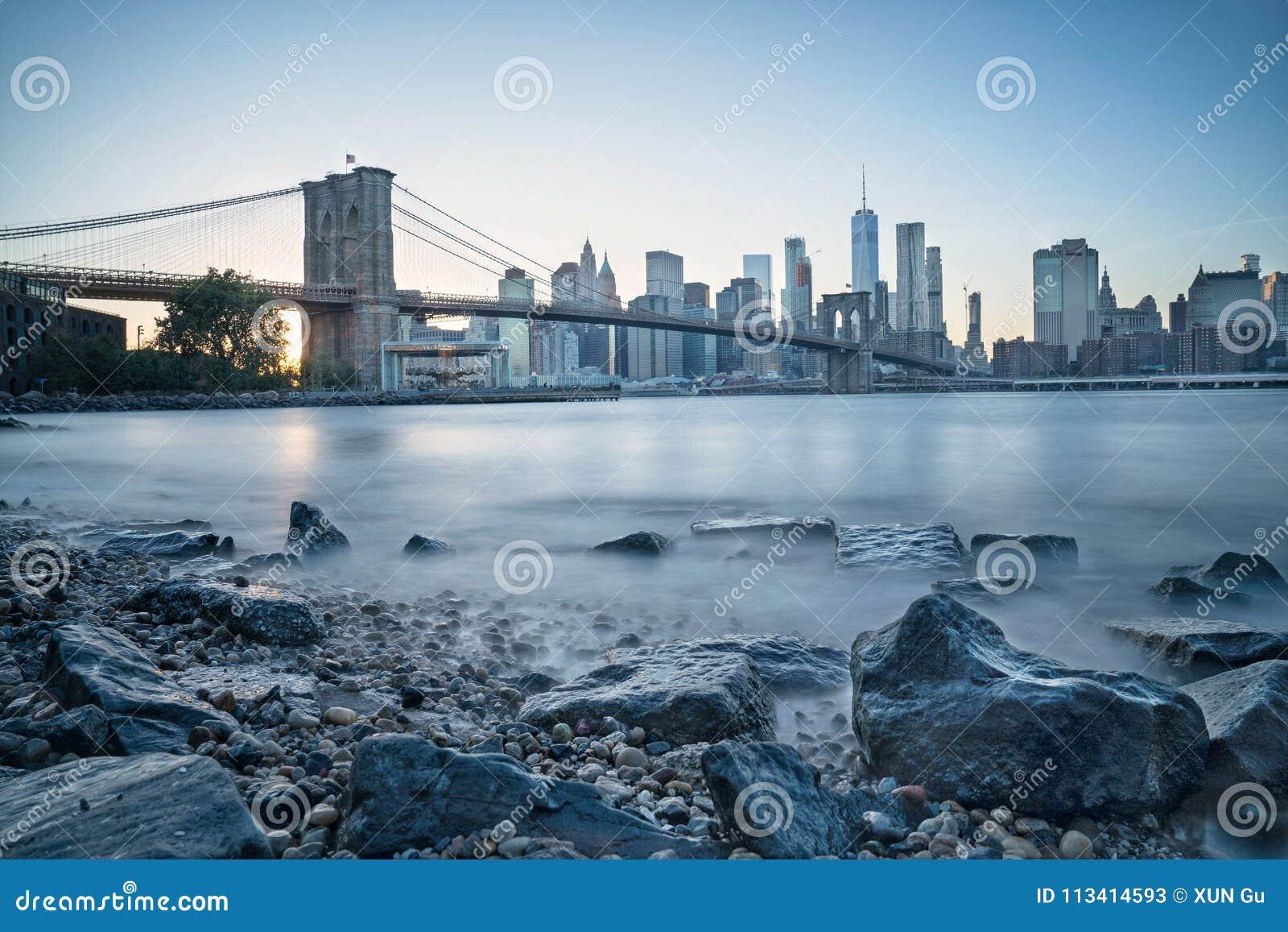 Pont de Brooklyn et Manhattan à l heure bleue
