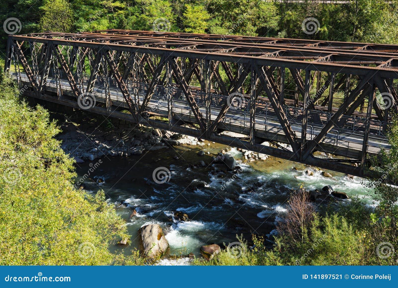Pont de chemin de fer de Brown au-dessus du fleuve Adige, Trentino, Italie