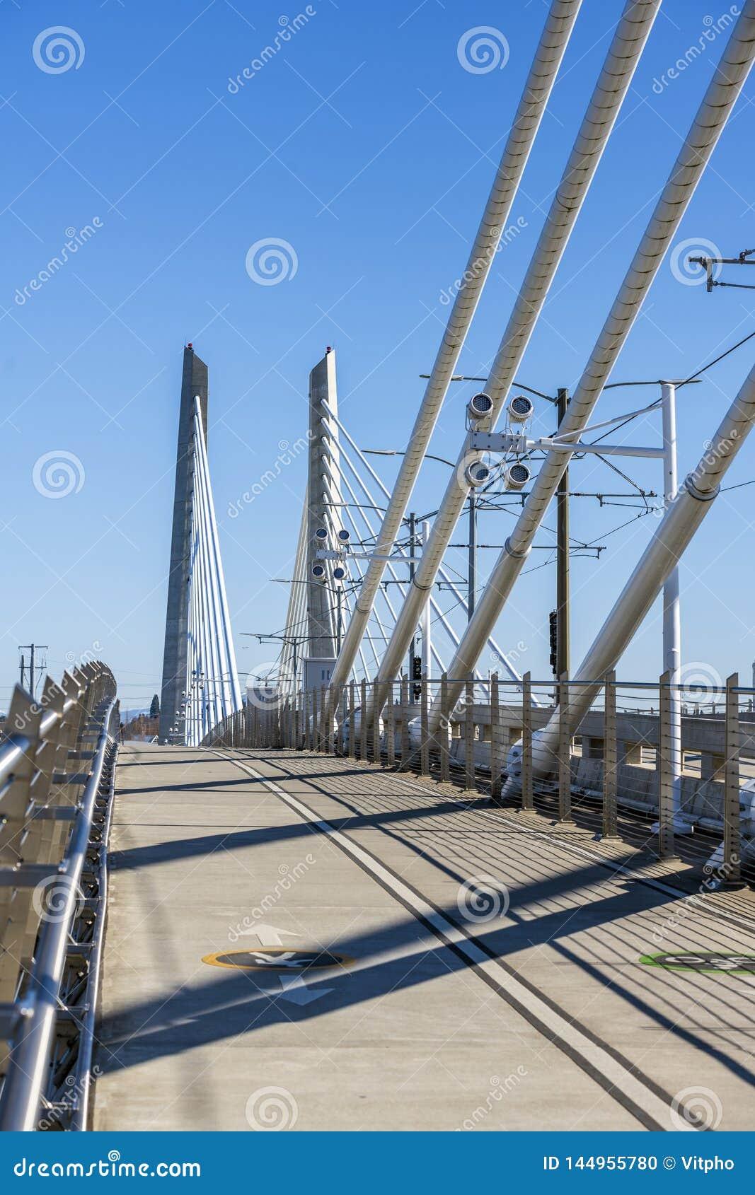 Pont de croisement de Tilikum de transport et de piéton de câble à travers la rivière de Willamette à Portland Orégon