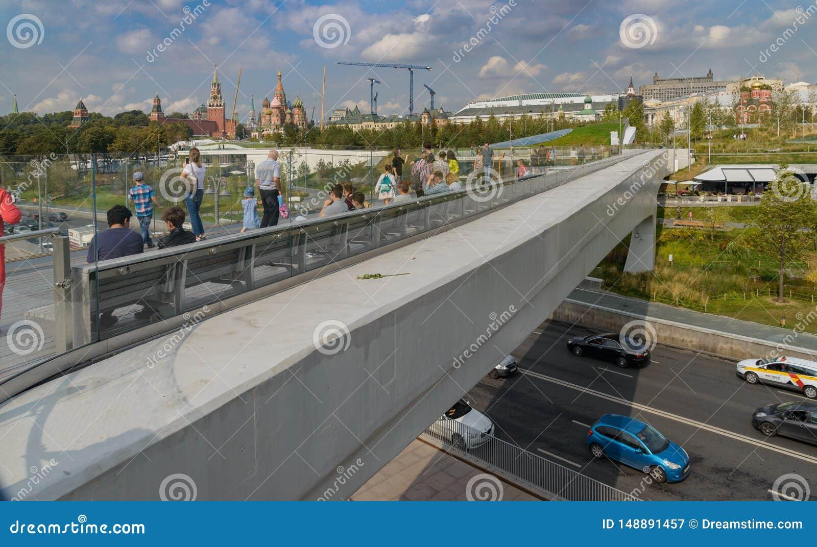 Pont de flottement et vue de Moscou Kremlin et de parc de Zaryadye, Moscou