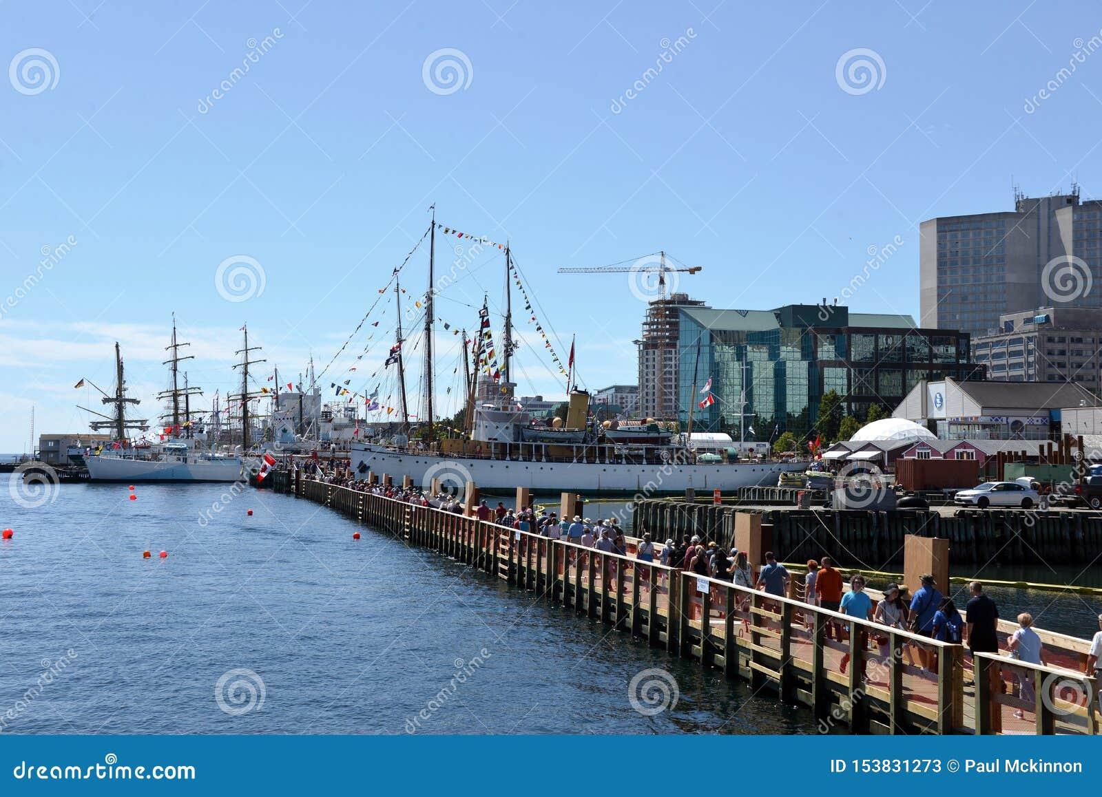 Pont de flottement provisoire en service à l événement grand de bateaux de Halifax