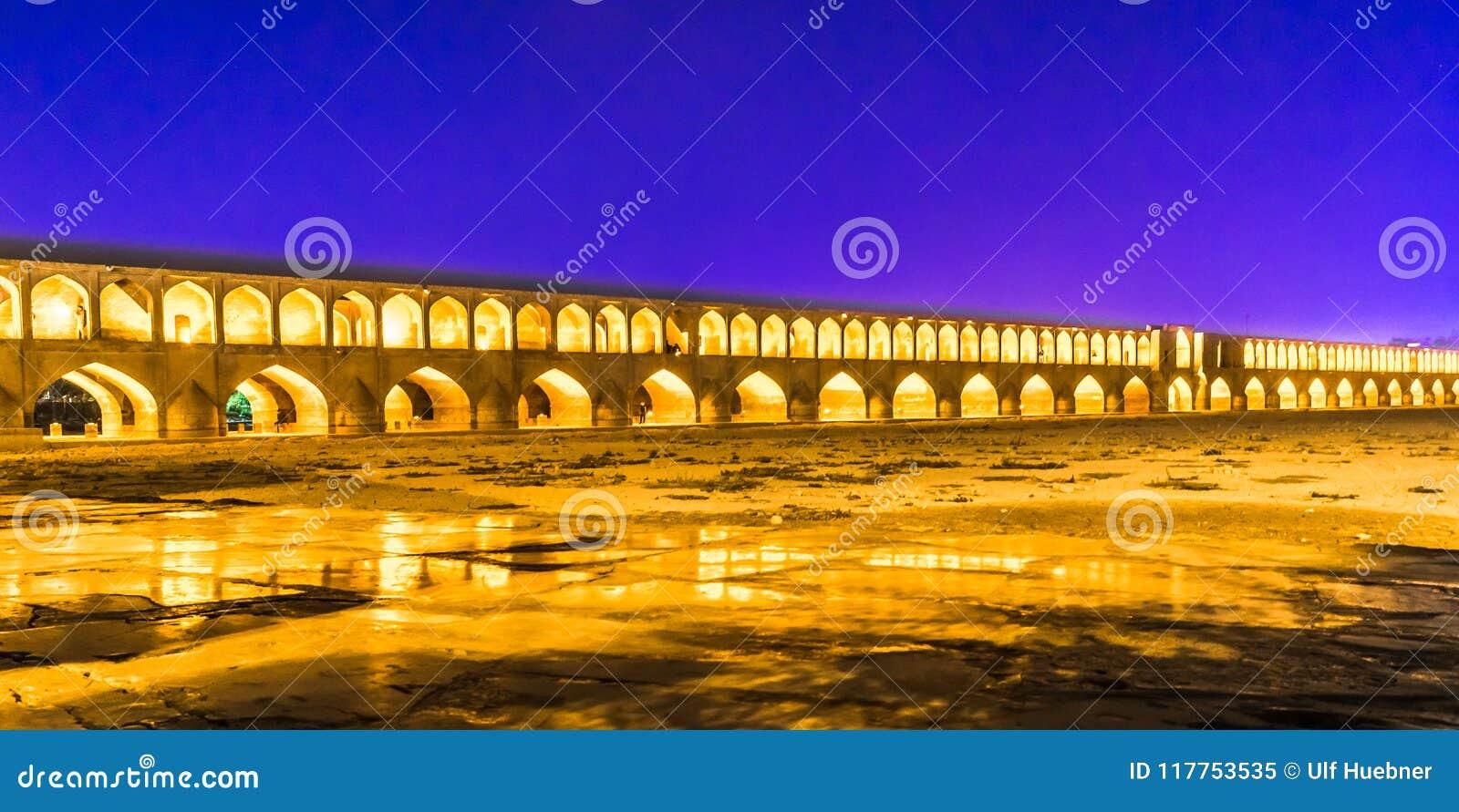 Pont de Khajoo par nuit à Isphahan - en Iran