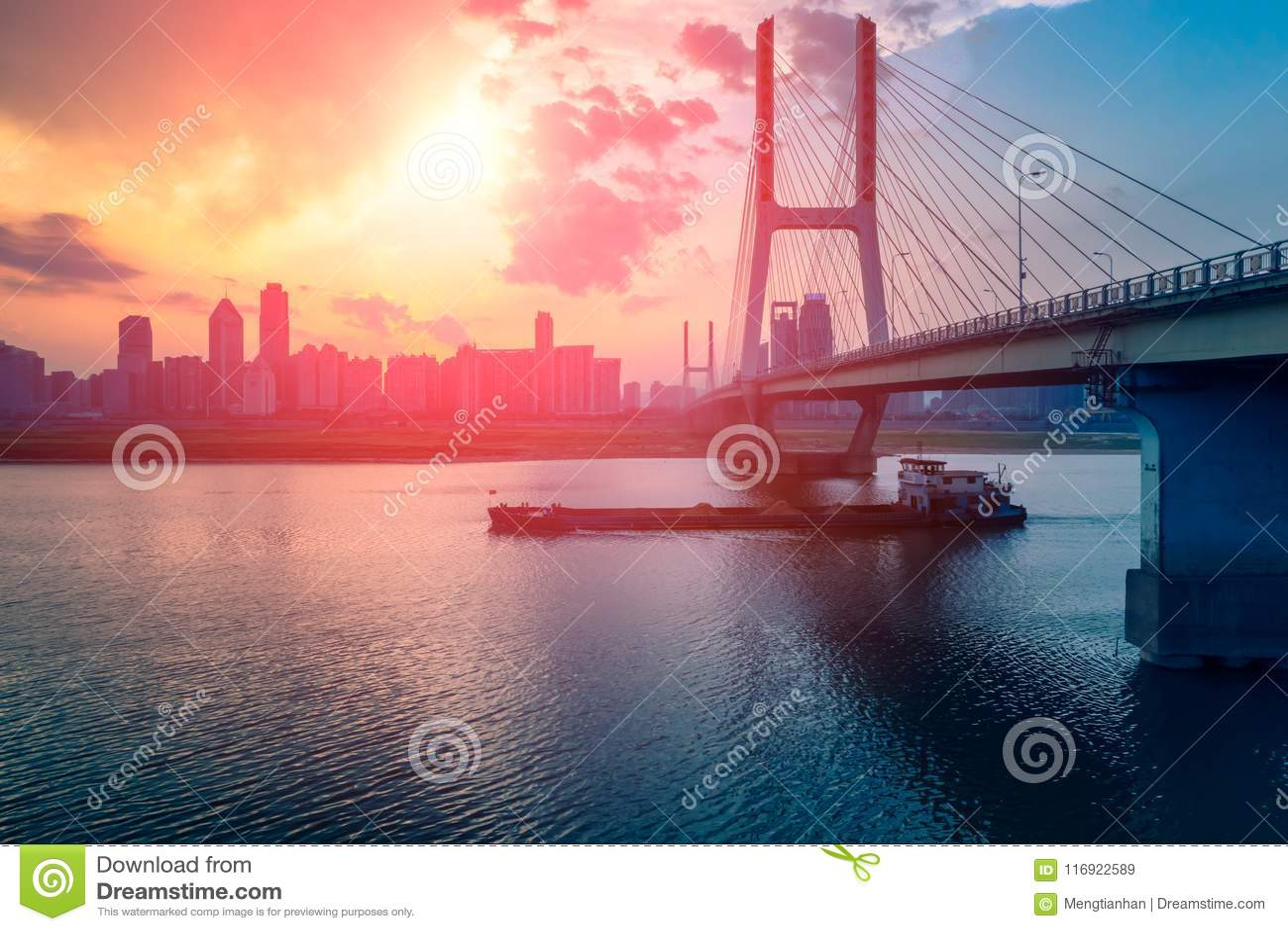Pont de lueur-Nan-Tchang Bayi de coucher du soleil