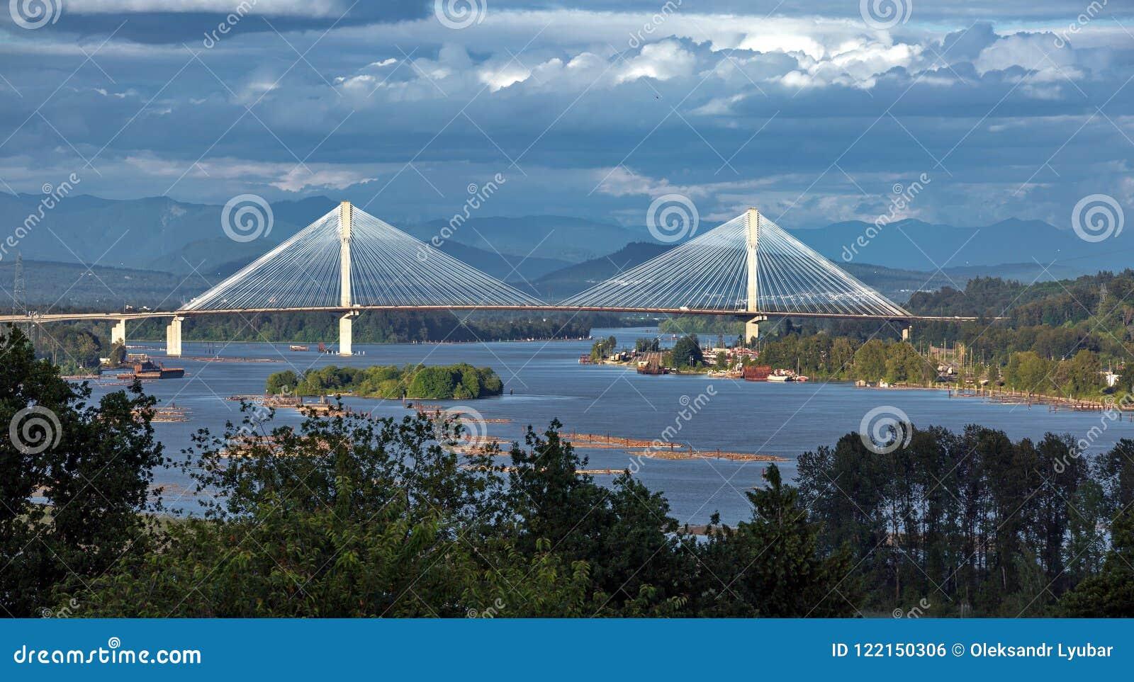 Pont de Mann de port à travers Fraser River