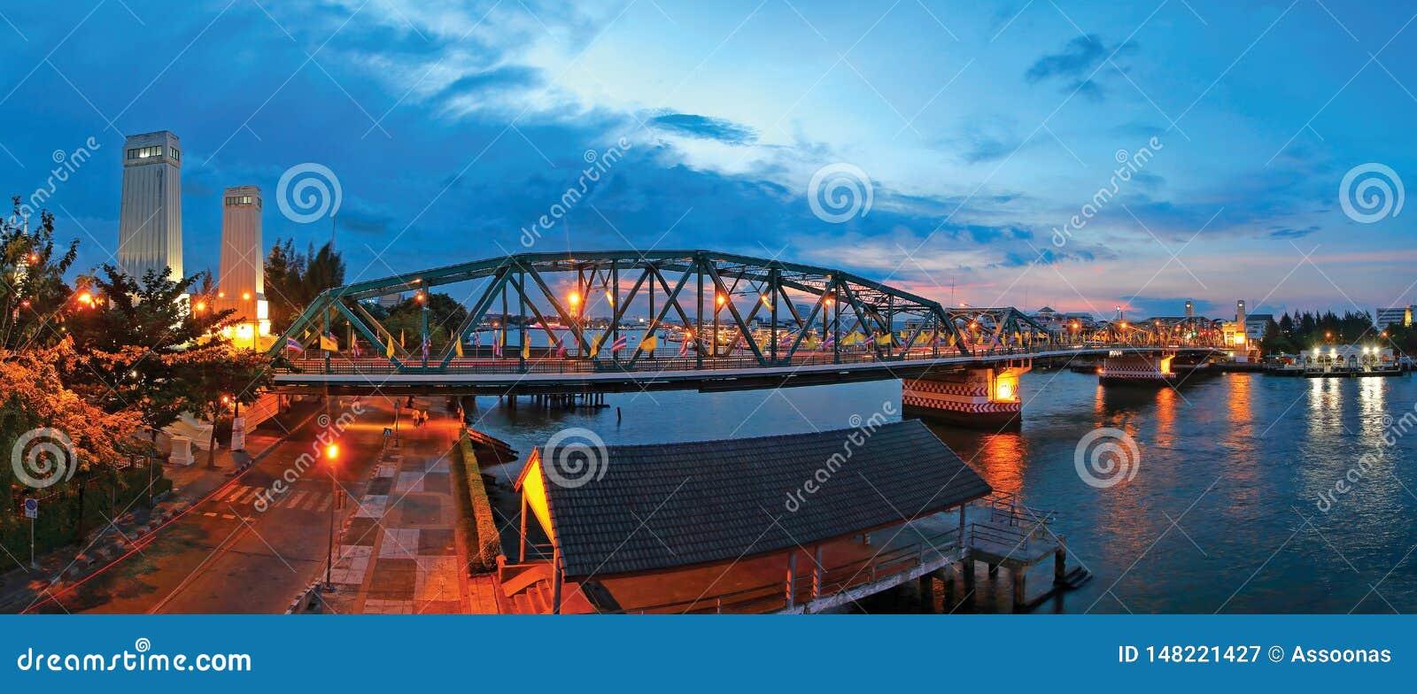 Pont de Phra Phuttha Yodfa, pont commémoratif, à travers au-dessus du Chao
