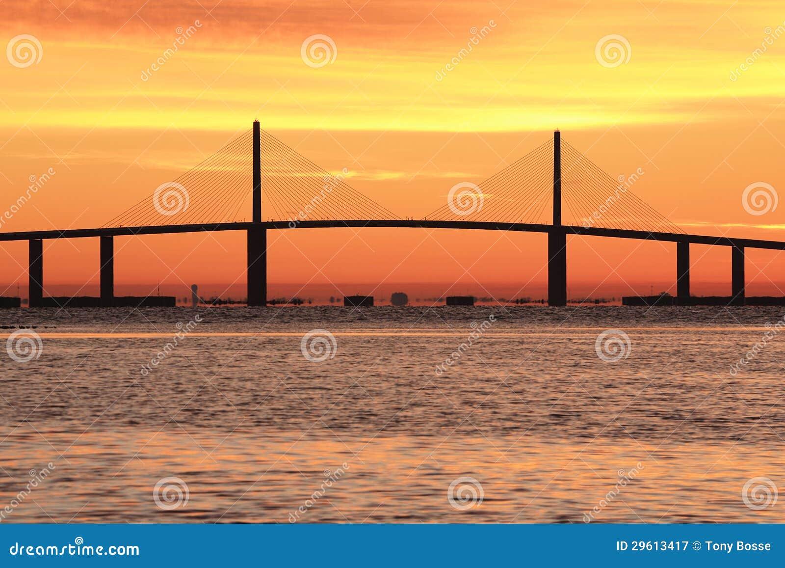 Pont de Skyway de soleil au lever de soleil