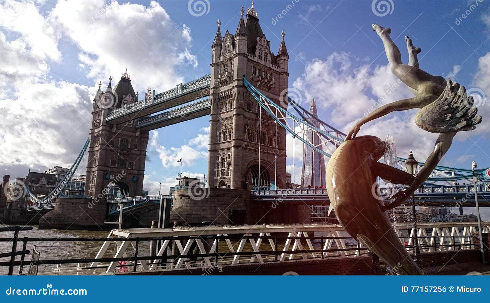 Pont de tour de Londres avec la statue