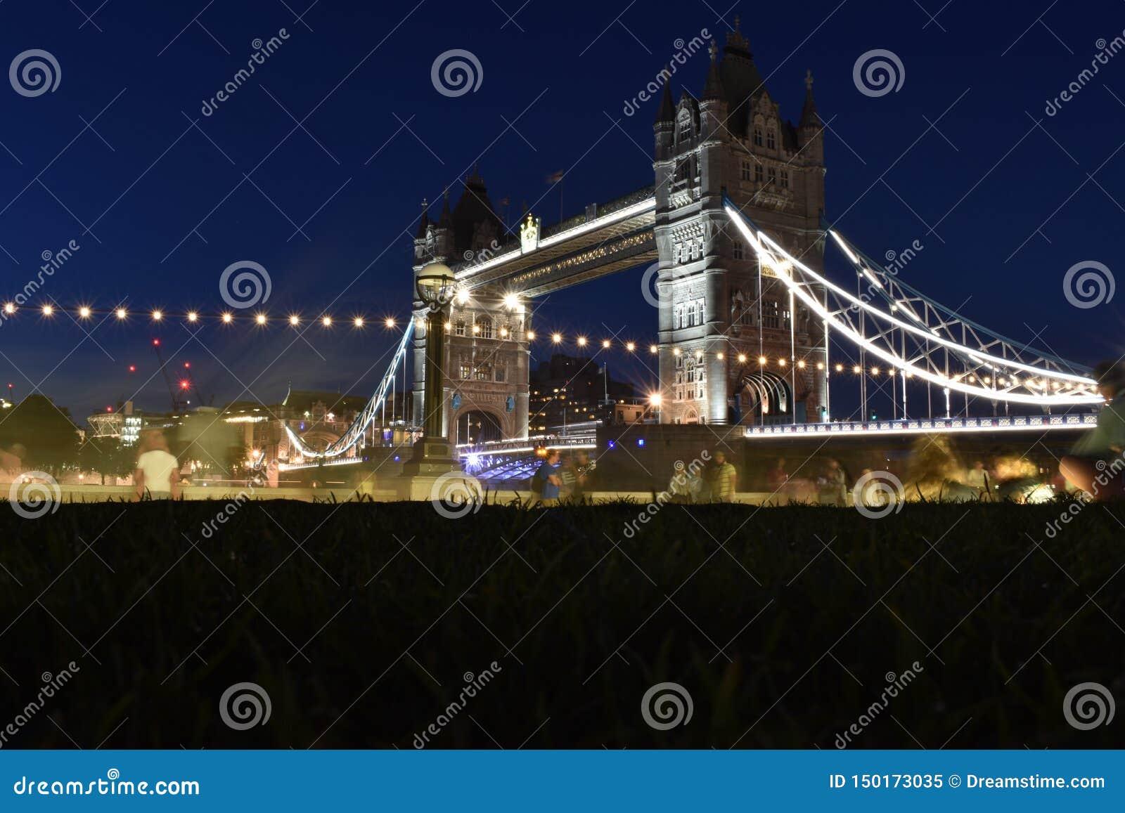 Pont de tour ? Londres, R-U Coucher du soleil avec de beaux nuages Ouverture de pont-levis