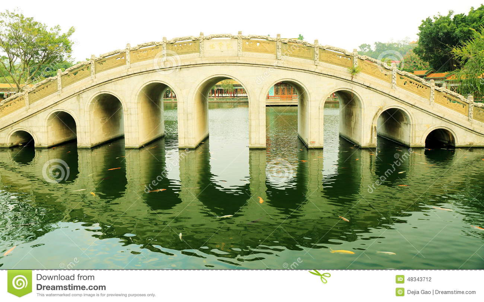 Pont de voûte de chinois traditionnel dans le jardin chinois antique, pont classique asiatique de voûte en Chine
