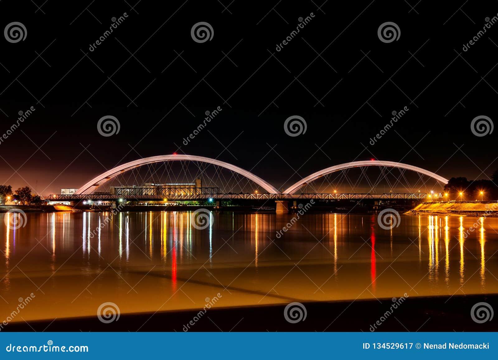 Pont de Zezelj au-dessus de Danube à Novi Sad par nuit