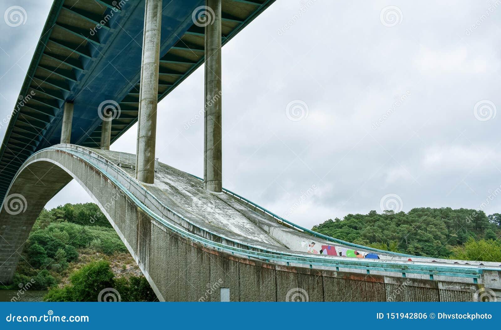 Pont en autoroute au-dessus de la rivière, dans un paysage vert