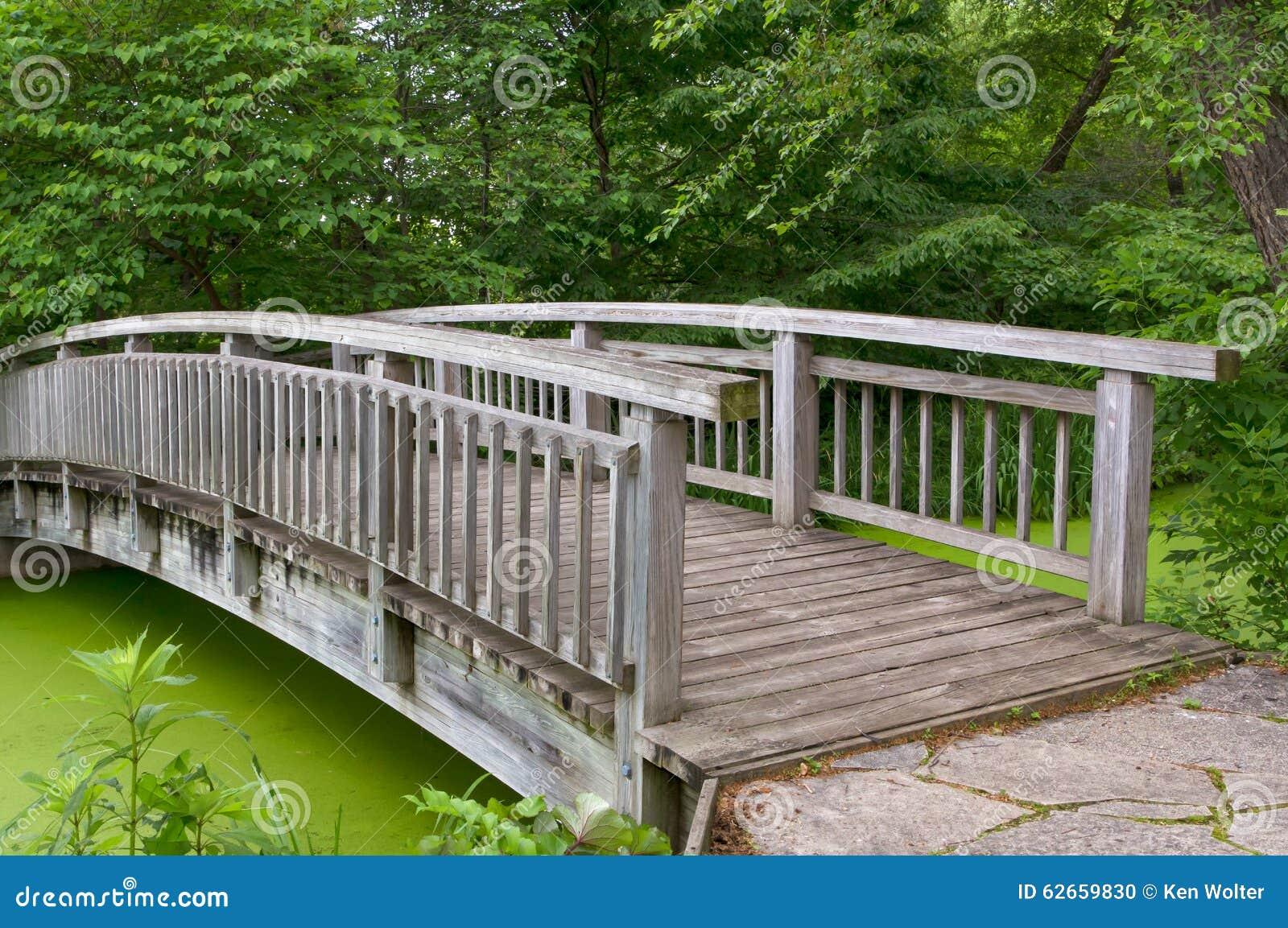 pont en bois au dessus d 39 tang photo stock image 62659830. Black Bedroom Furniture Sets. Home Design Ideas