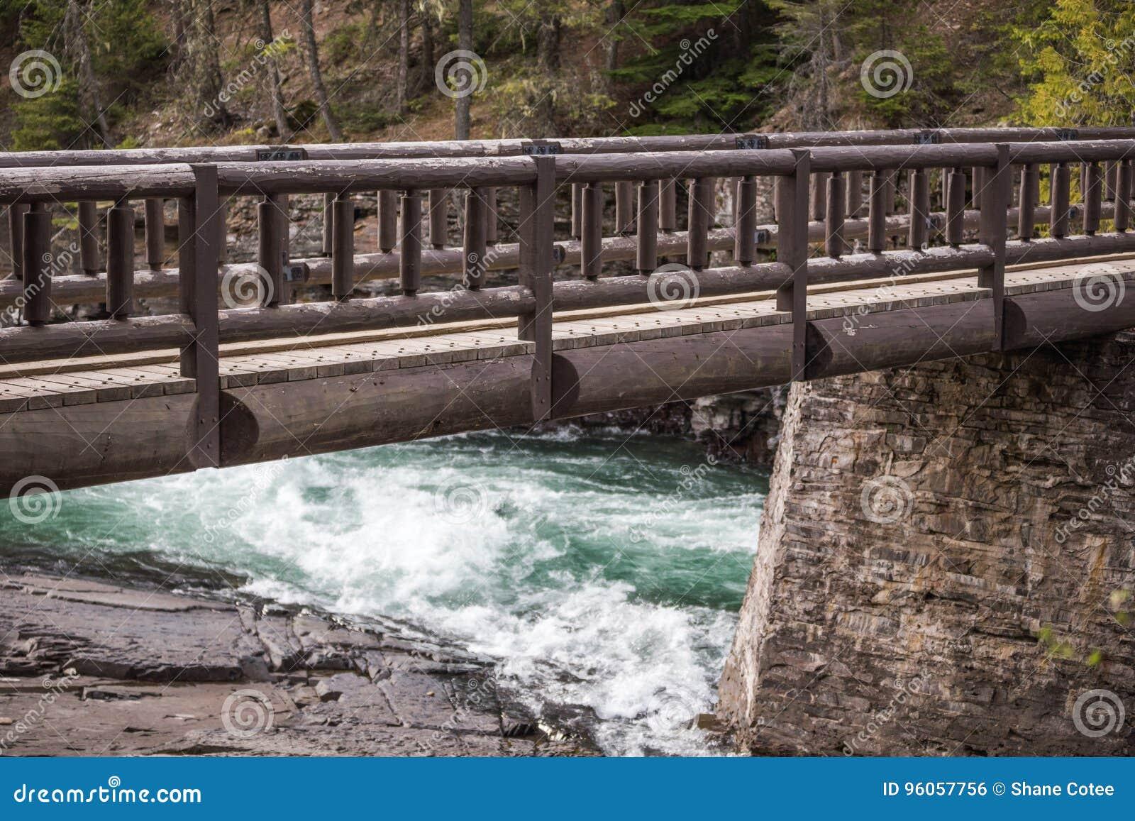 Pont en bois au-dessus de rivière de Whitewater