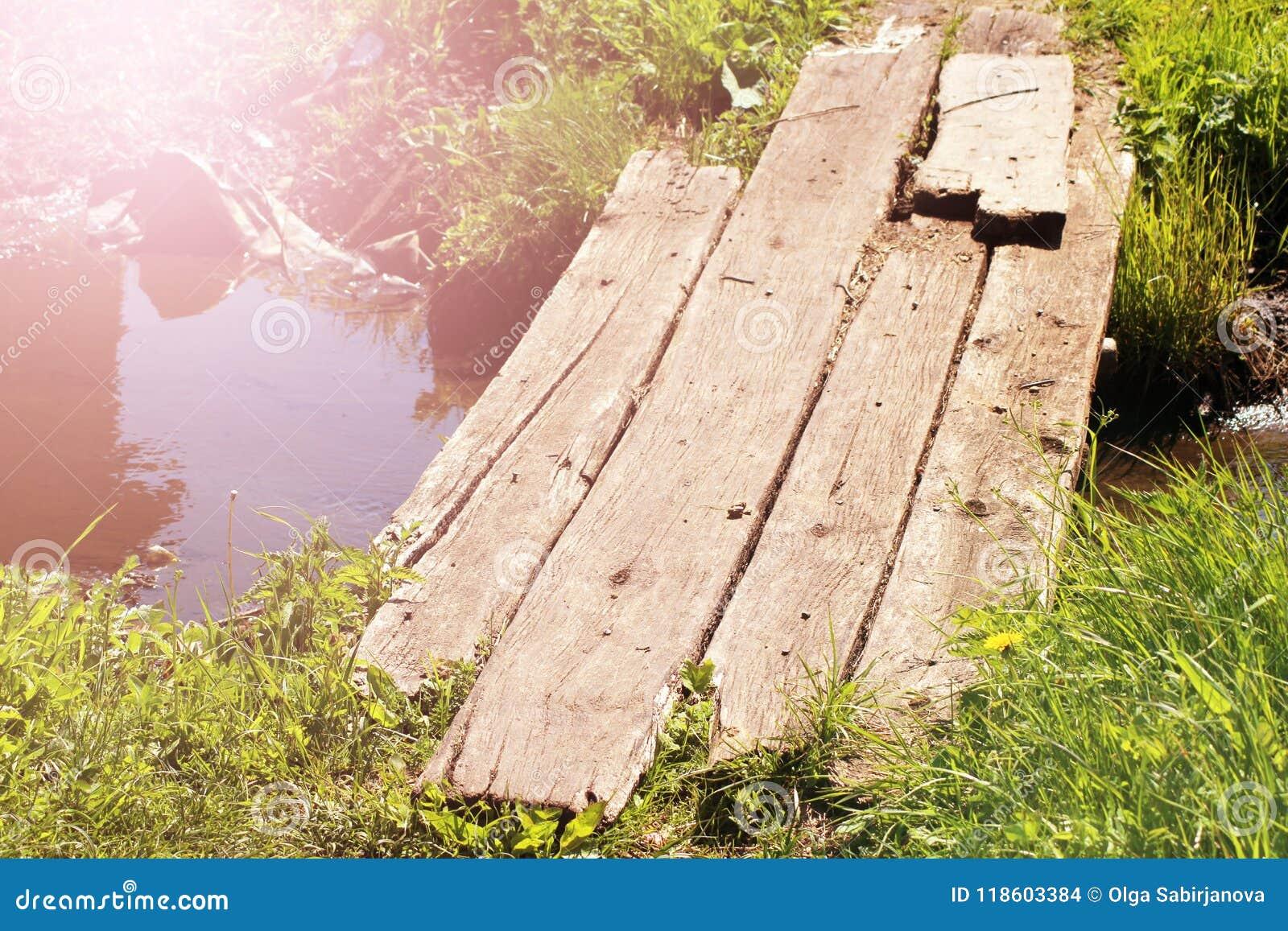 Pont en bois dans le lac de lotus le temps de coucher du soleil