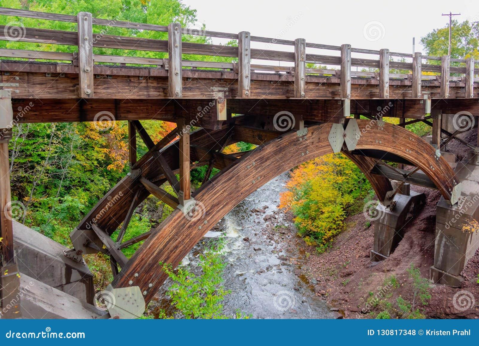 Pont en bois de construction au-dessus de rivière