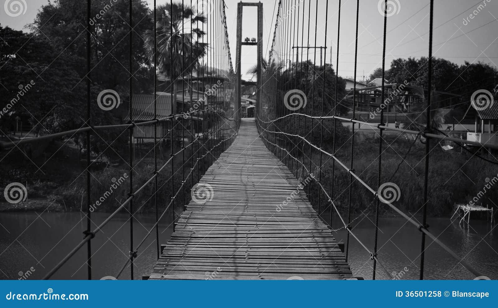 Pont en bois de corde au village