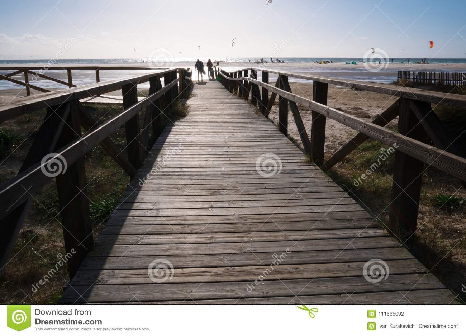 Pont en bois sur la plage avec les nuages foncés avant tempête à Tarifa, Espagne