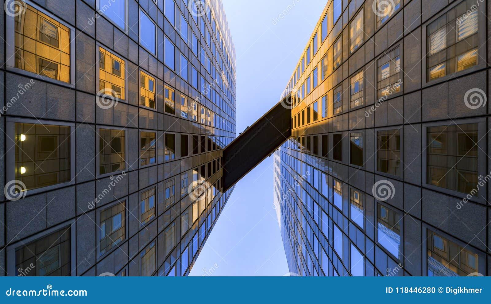 Pont en ciel entre l immeuble de bureaux
