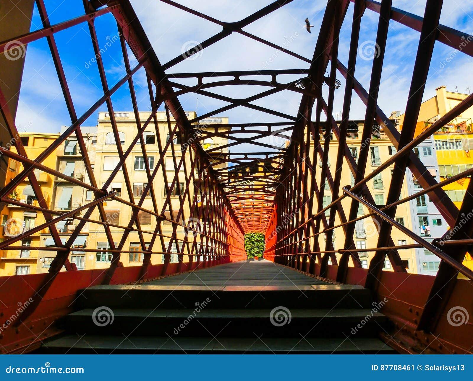 Pont en fer et maisons colorées à Gérone