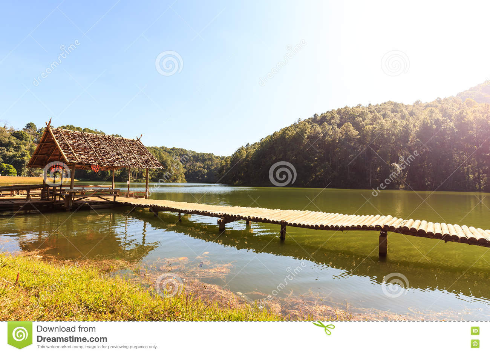 Pont et hutte en bambou dans le lac et le camping