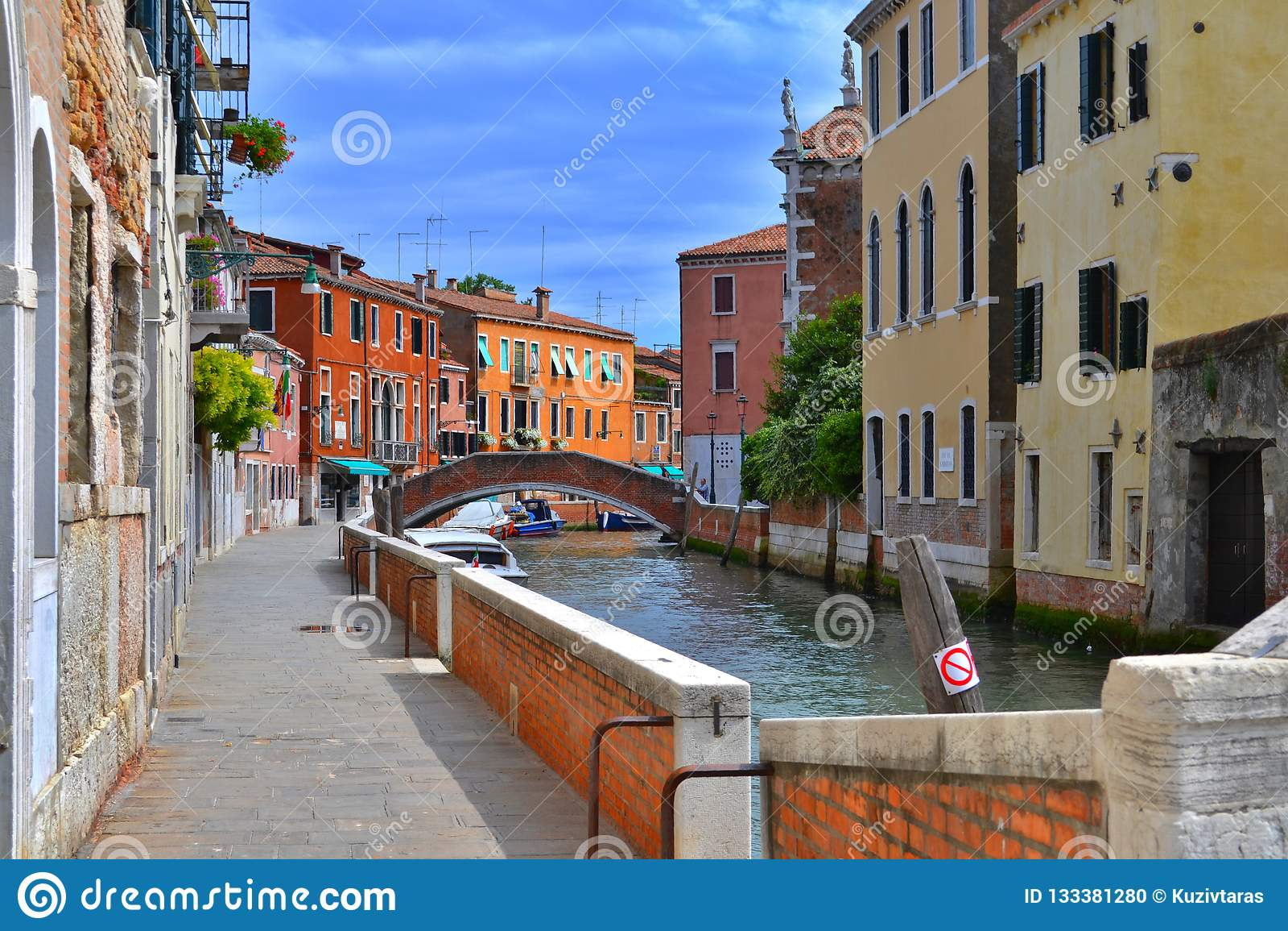 Pont et maisons colorées des côtés d un petit canal à Venise