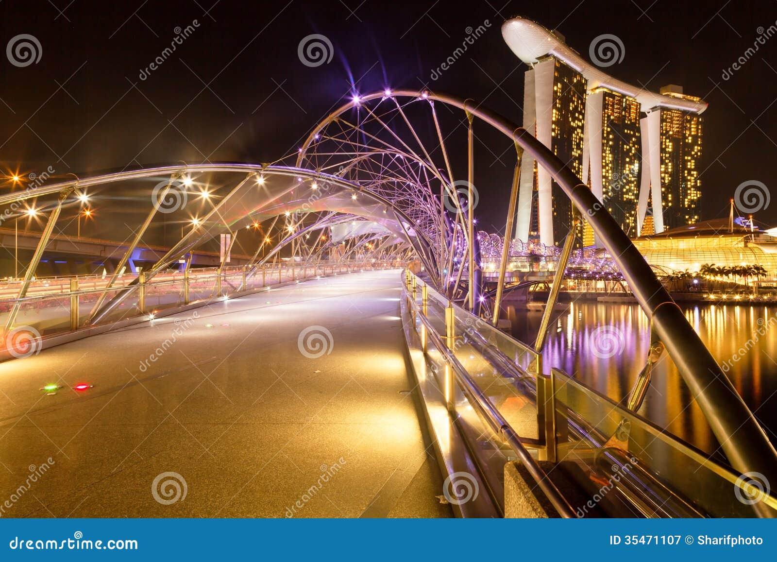 Pont et Marina Bay Sands d hélice