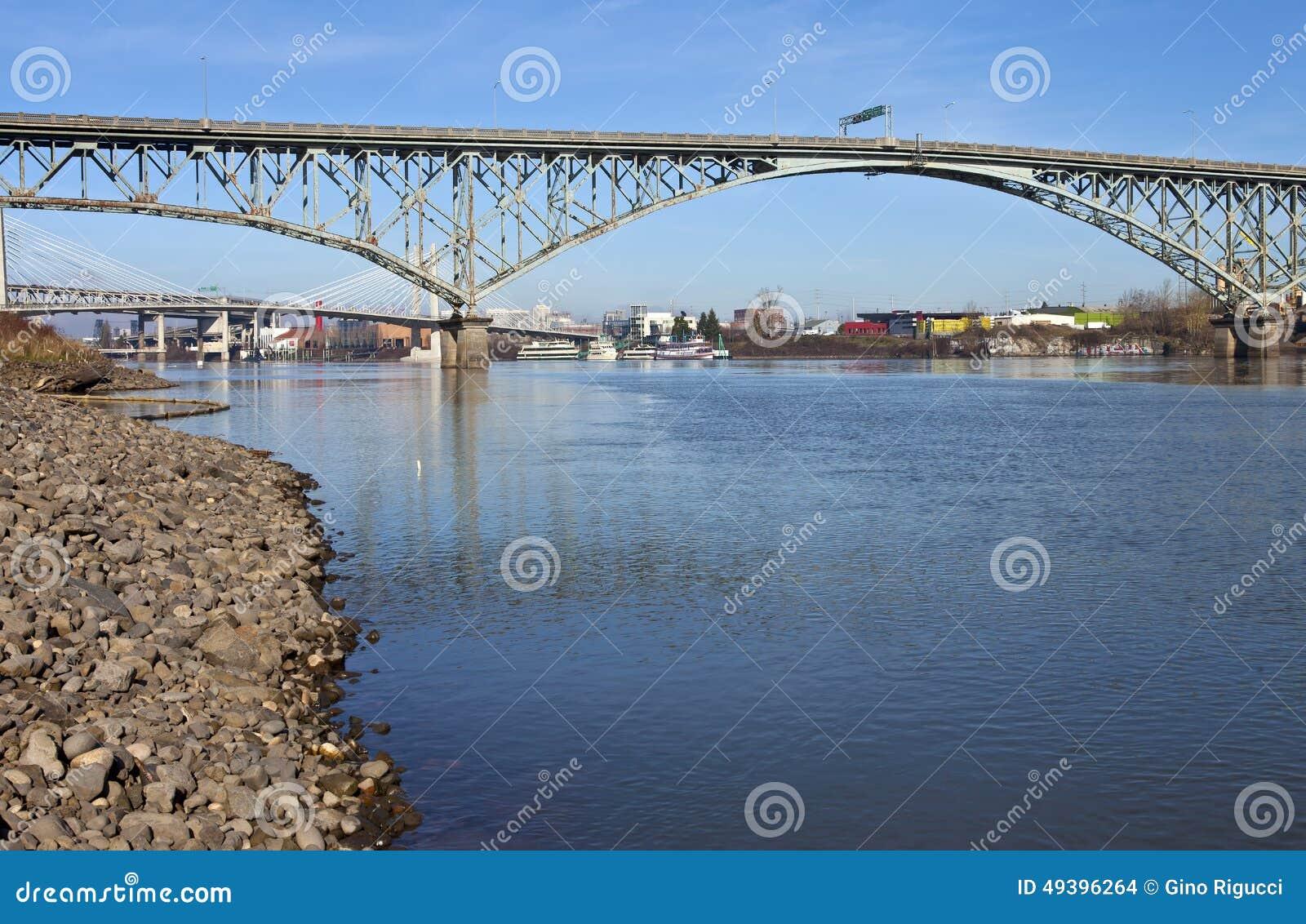 Pont et rivière Portland Orégon de Ross Island
