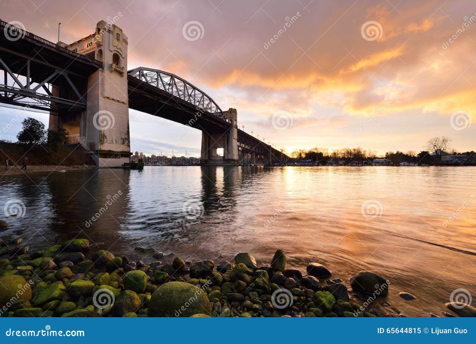 Pont historique de Burrard de Vancouver au coucher du soleil