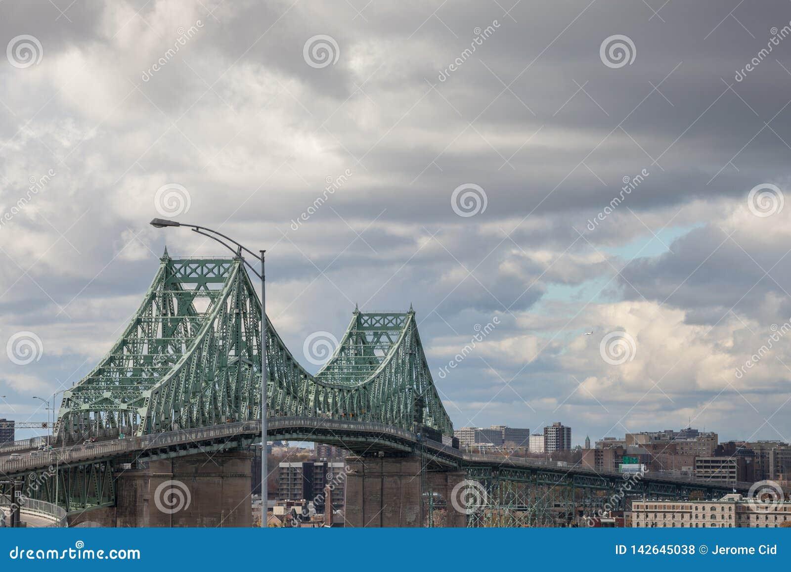 Pont Jacques Cartier Brücke eingelassenes Longueuil in Richtung Montreals, in Quebec, Kanada, während eines bewölkten Nachmittage