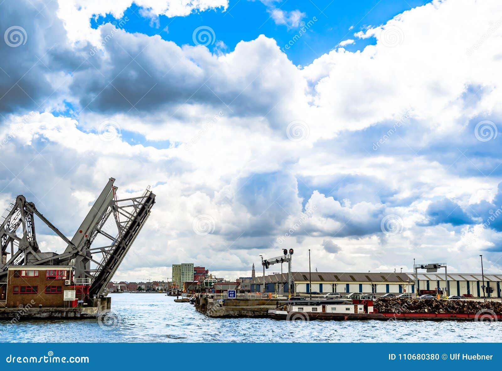 Pont levis dans le port stock photos royalty free images - Port d anvers belgique adresse ...