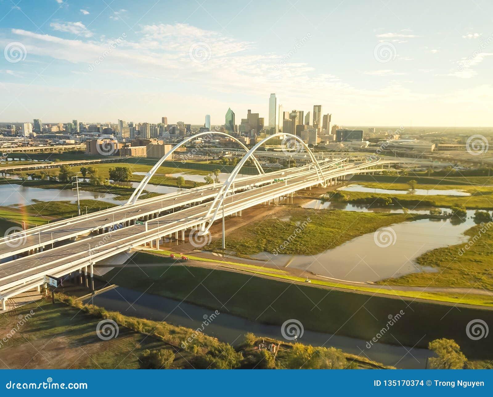 Pont Margaret McDermott en point de repère de Dallas de vue supérieure sur le débordement la rivière Trinity et les tours du cent