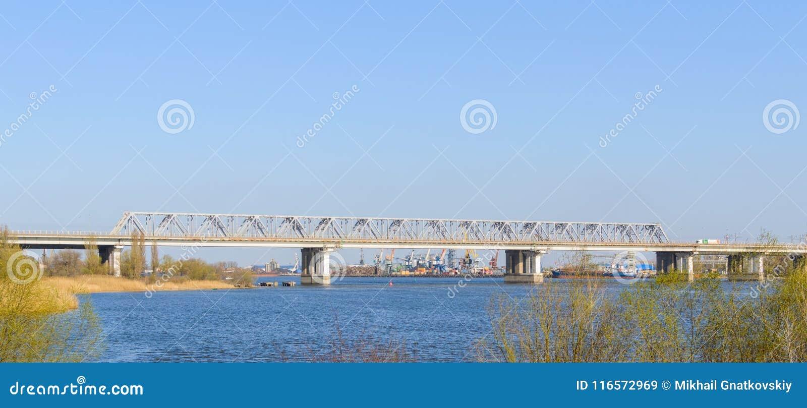Pont occidental en chemin de fer au-dessus de rivière Don Port industriel sur le fond