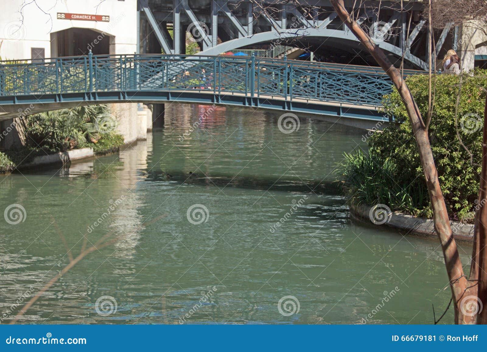 Pont piétonnier au-dessus de la promenade de rivière