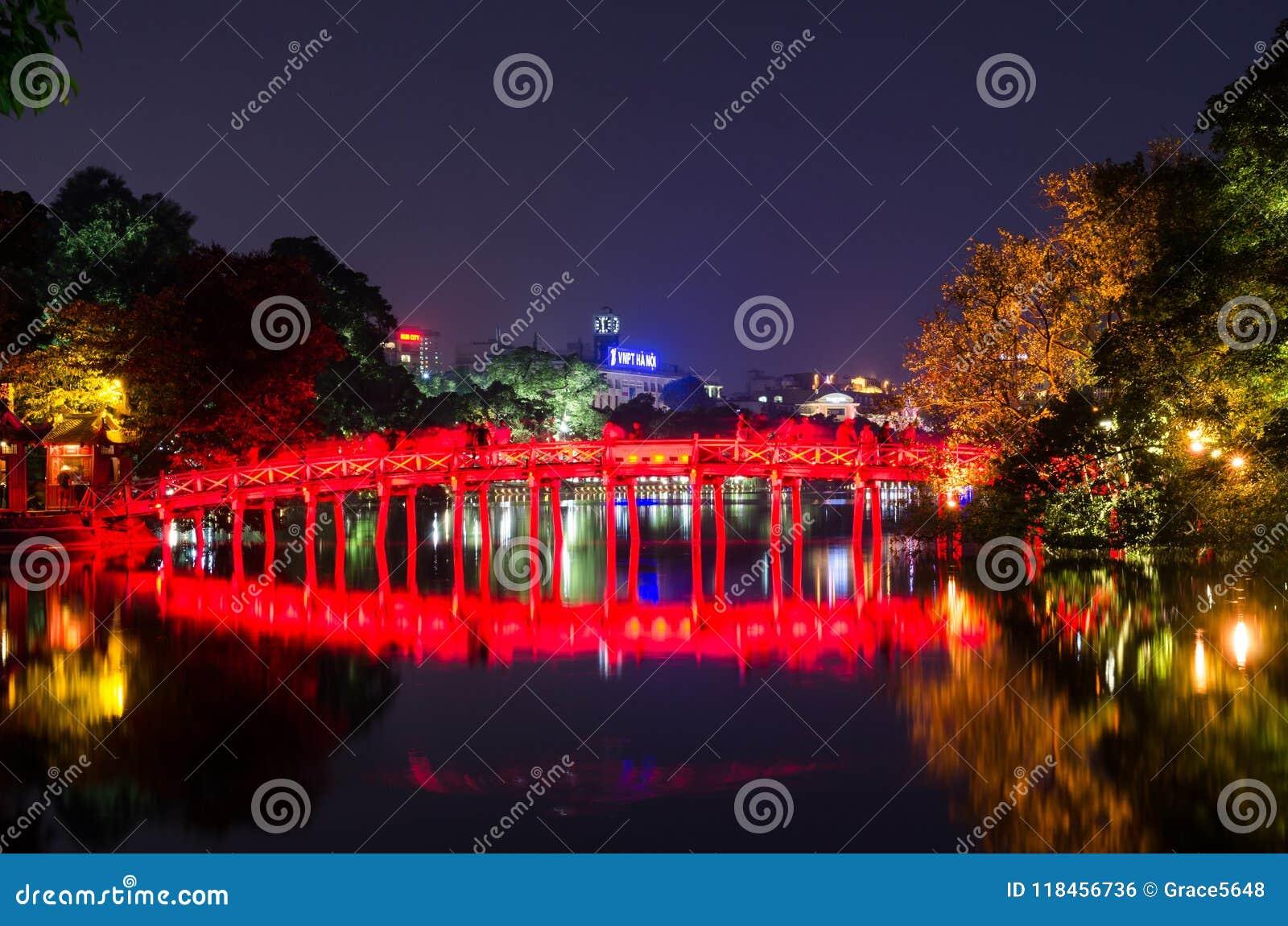 Pont rouge de Huc dans le lac Hoan Kiem, Hanoï Lac de ` de signification de lac Hoan Kiem du ` retourné d épée Les gens peuvent e