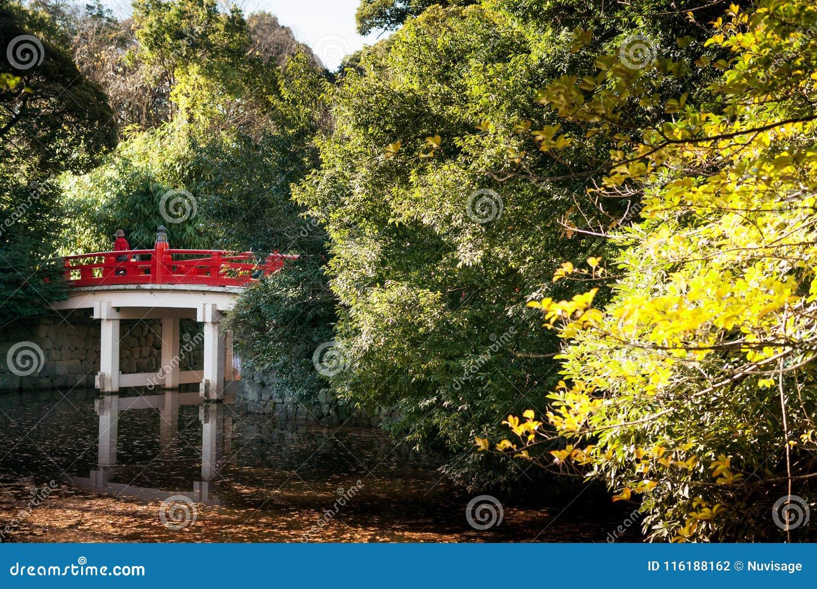 Pont rouge de tombeau de jinja de Hikawa, Omiya, Saitama, Japon