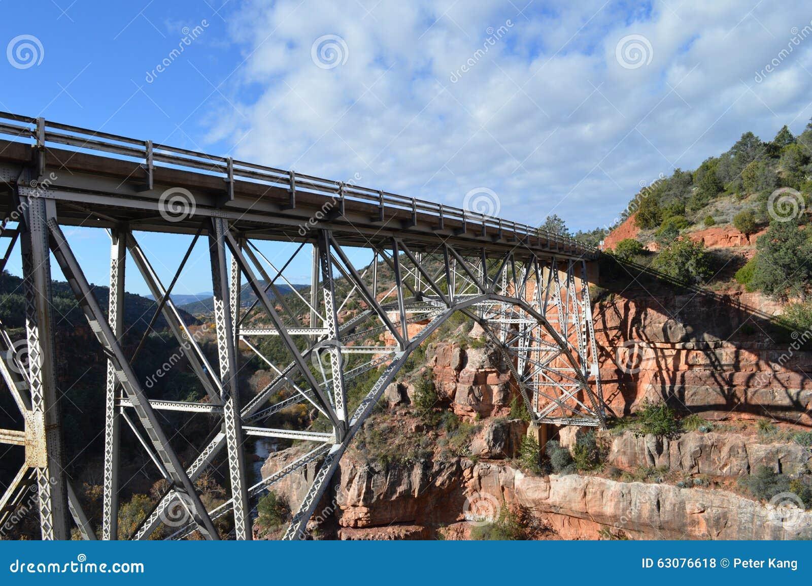 Download Pont Sedona Moutains photo stock. Image du montagne, désert - 63076618