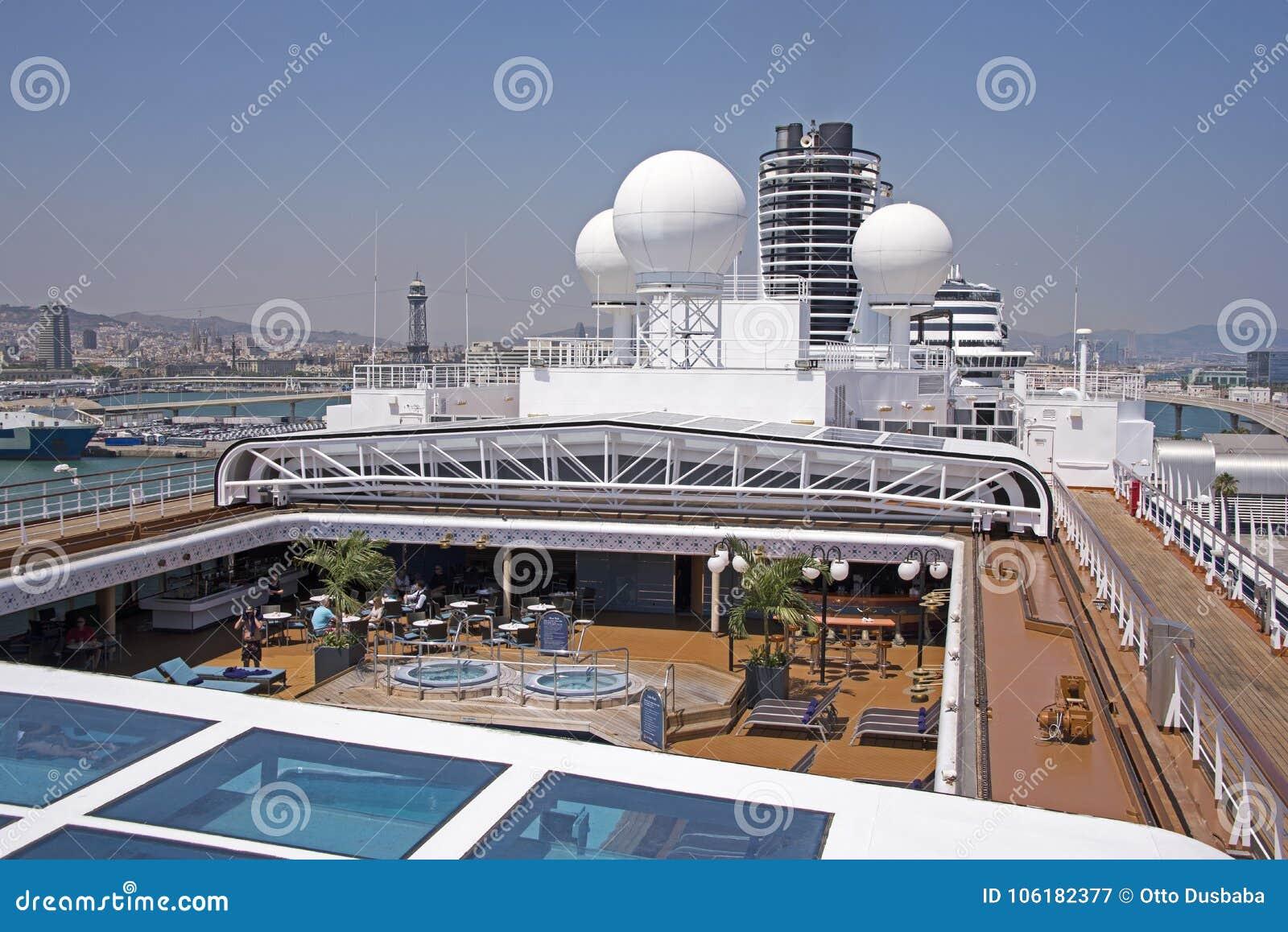 Pont supérieur d un bateau de croisière