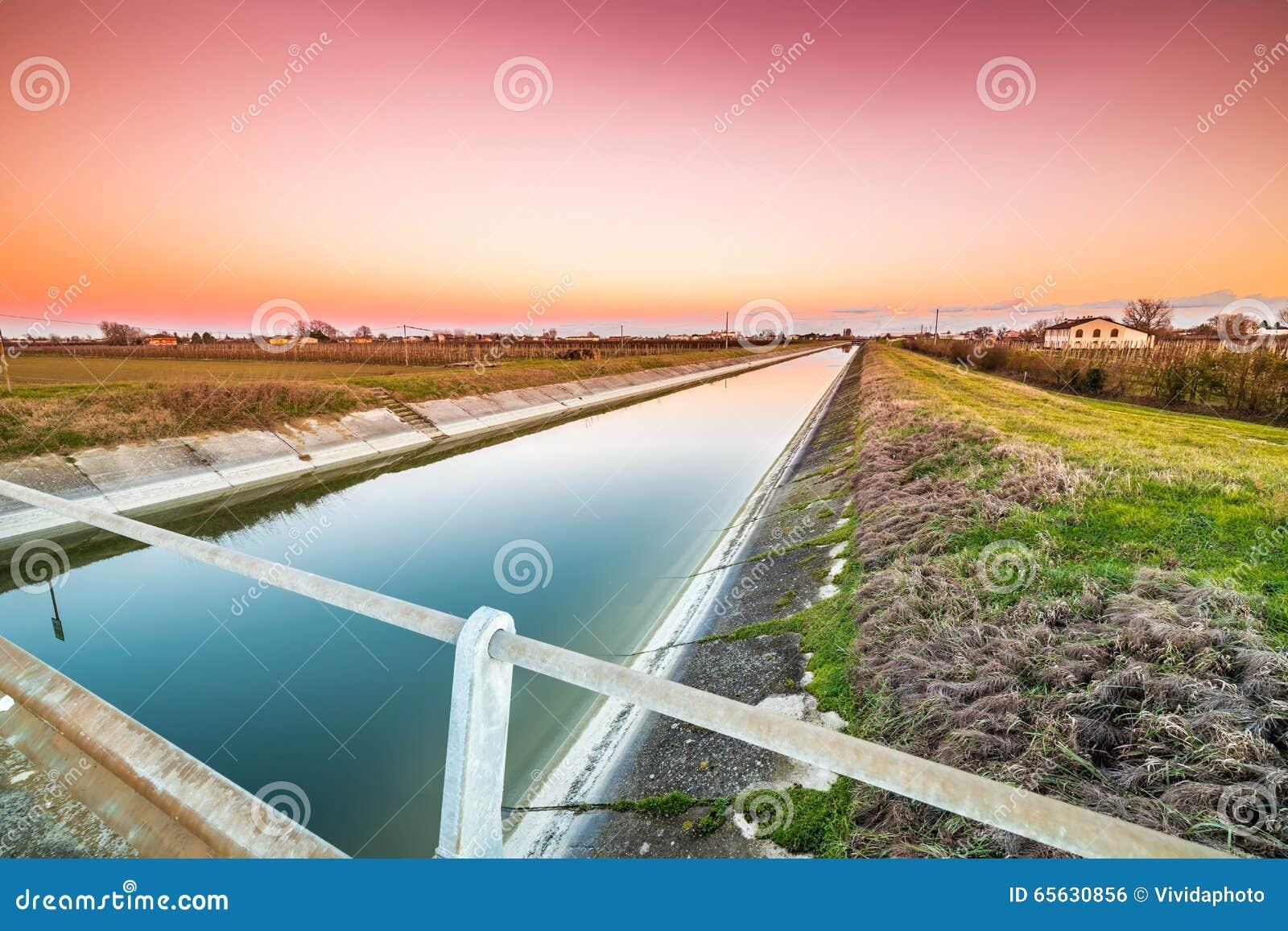 Pont sur le canal de l eau
