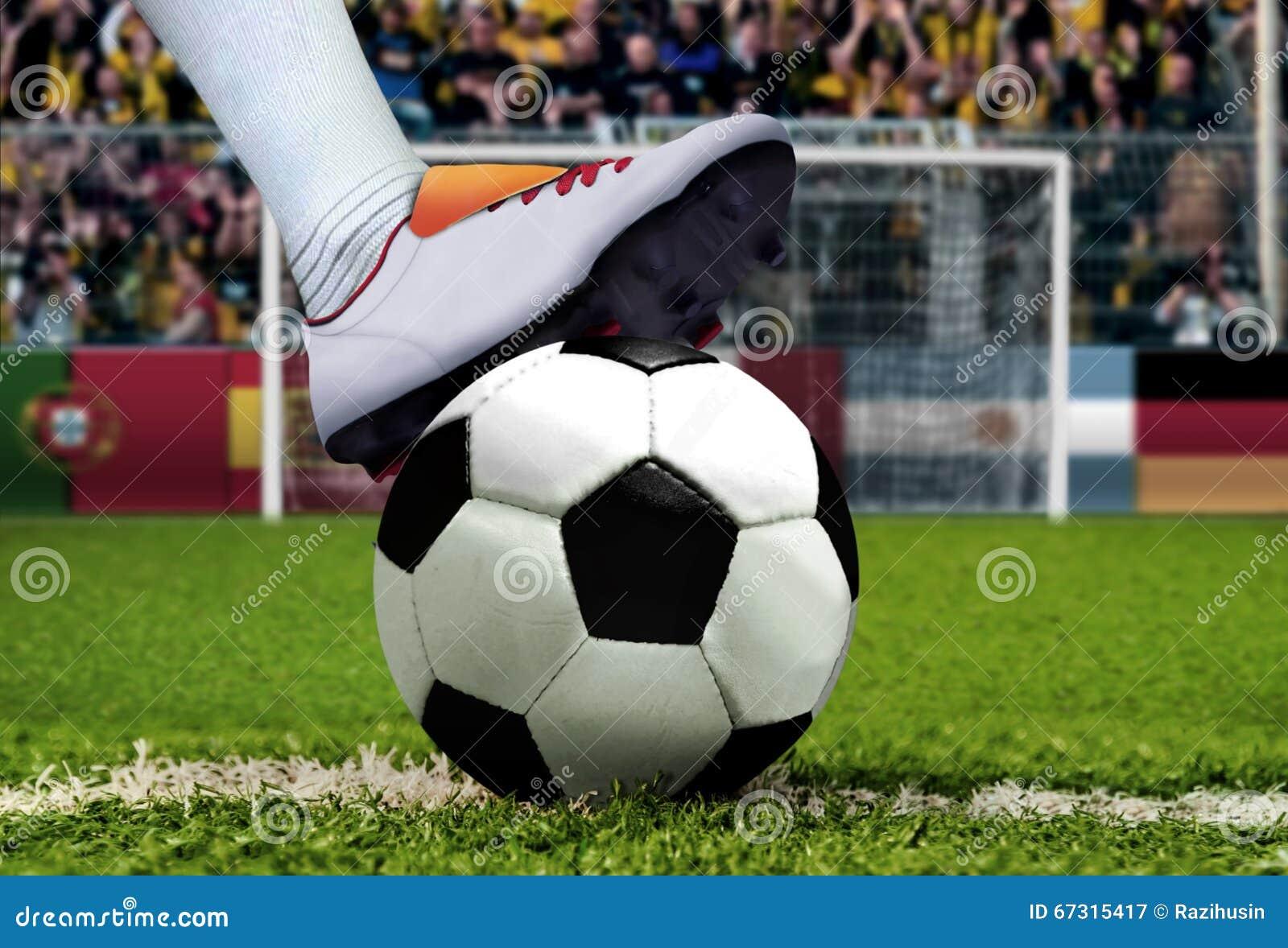 Pontapé de grande penalidade do futebol com cheering espectador