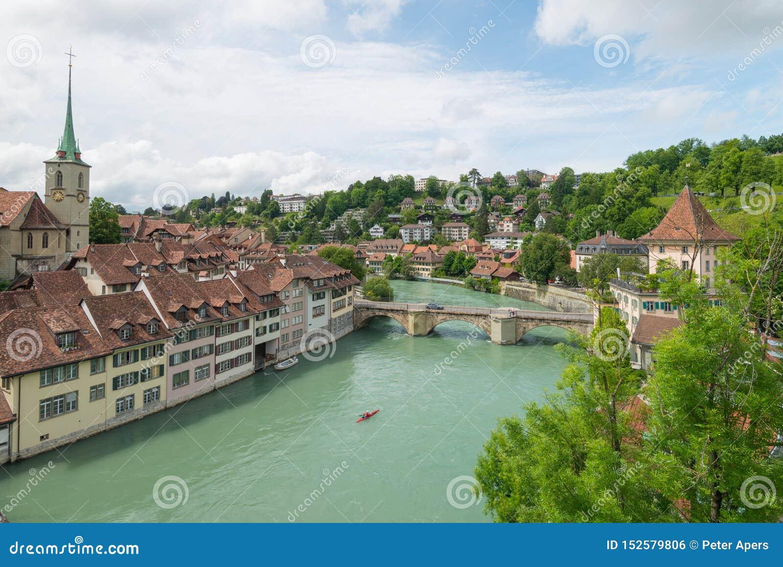 Ponte accanto al fiume Aare dell incrocio della chiesa nel vecchio centro urbano a Berna