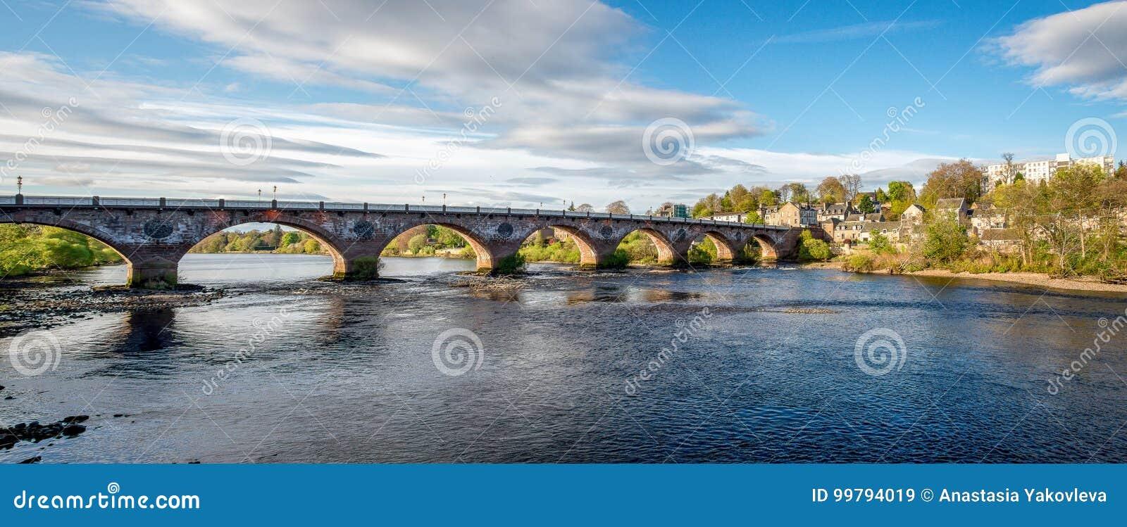 Ponte ad ovest incurvato scenico attraverso il fiume Tay nella città di Perth