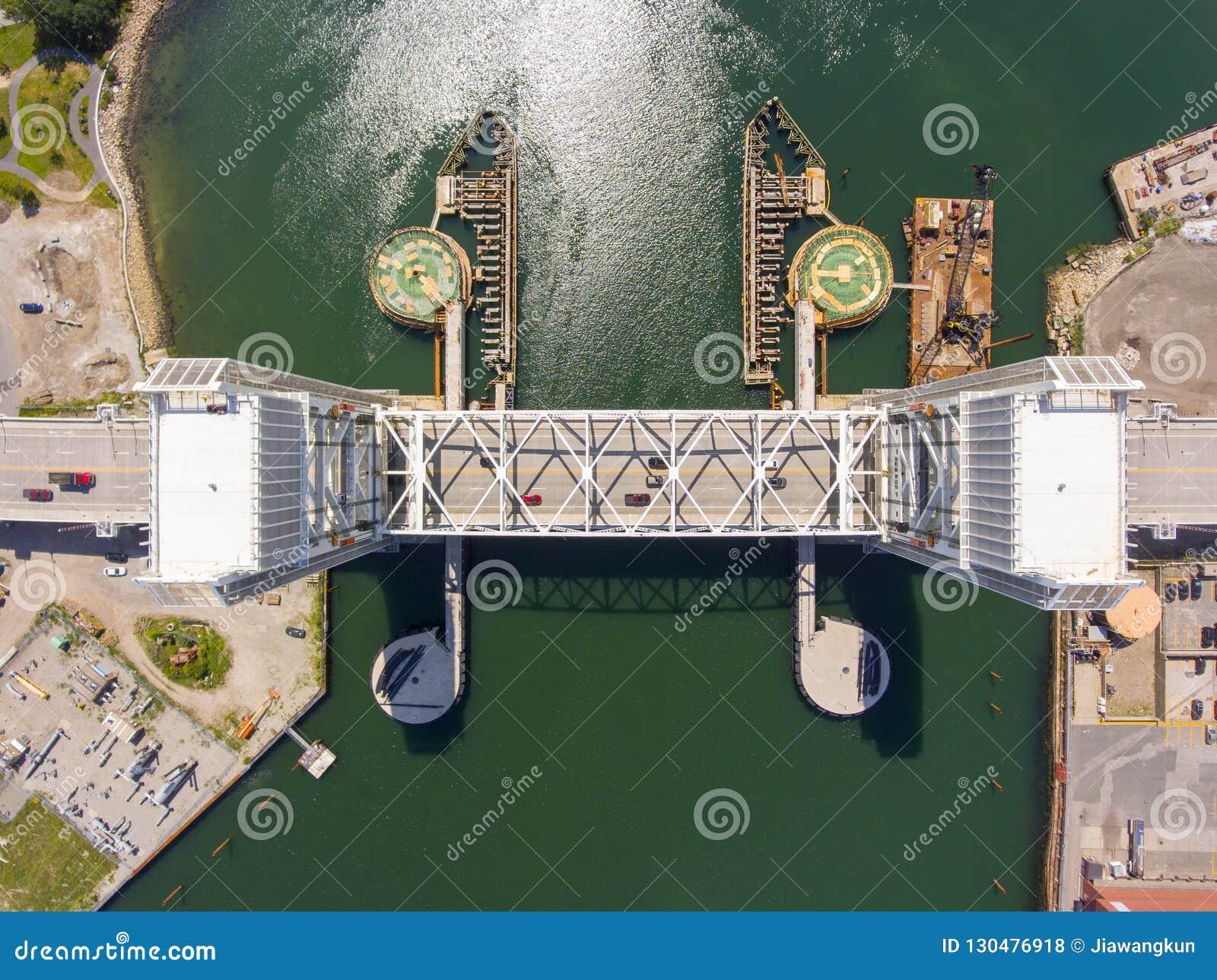 Ponte anteriore del fiume in Quincy, Massachusetts, U.S.A.