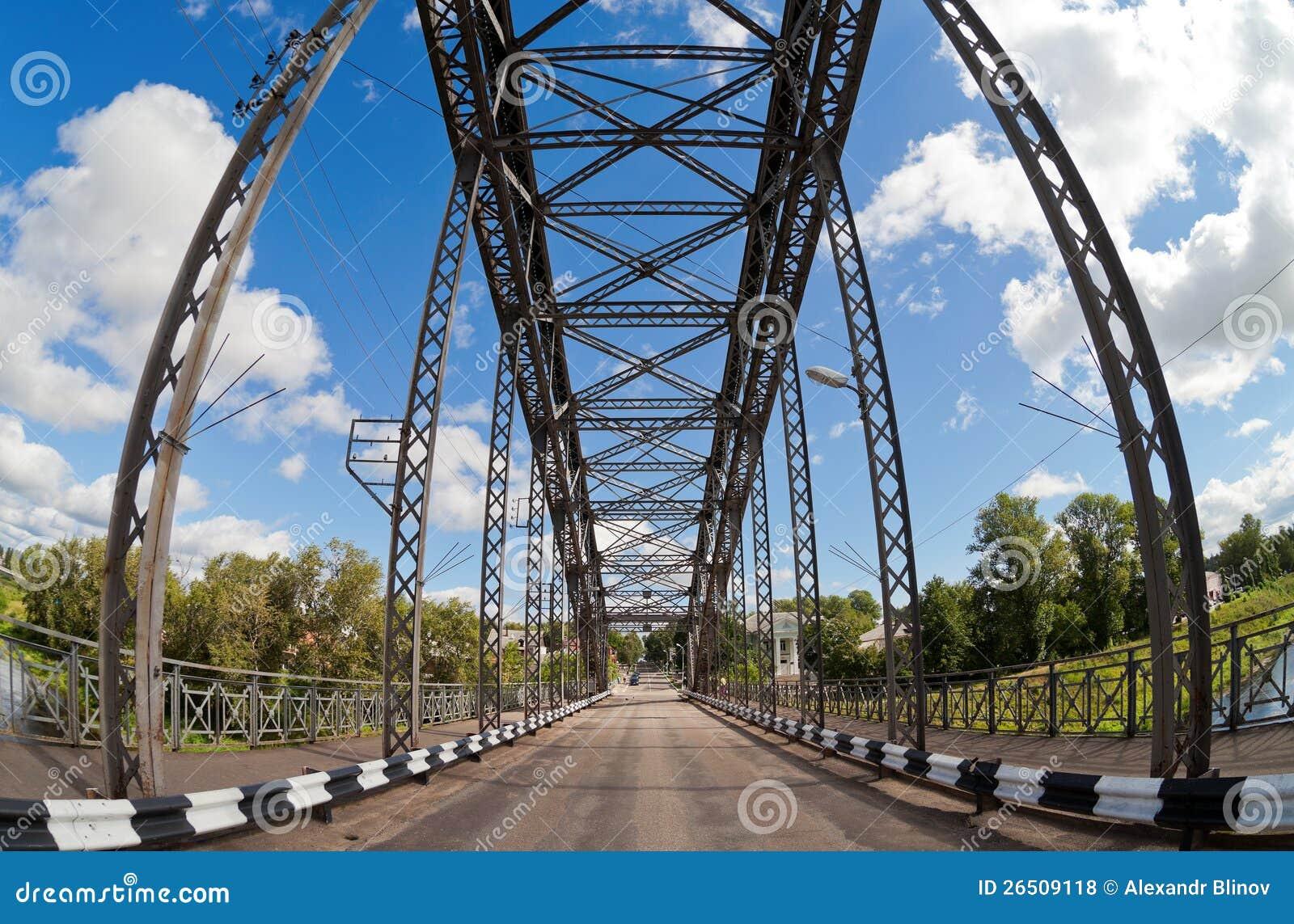 Ponte arqueada velha do metal