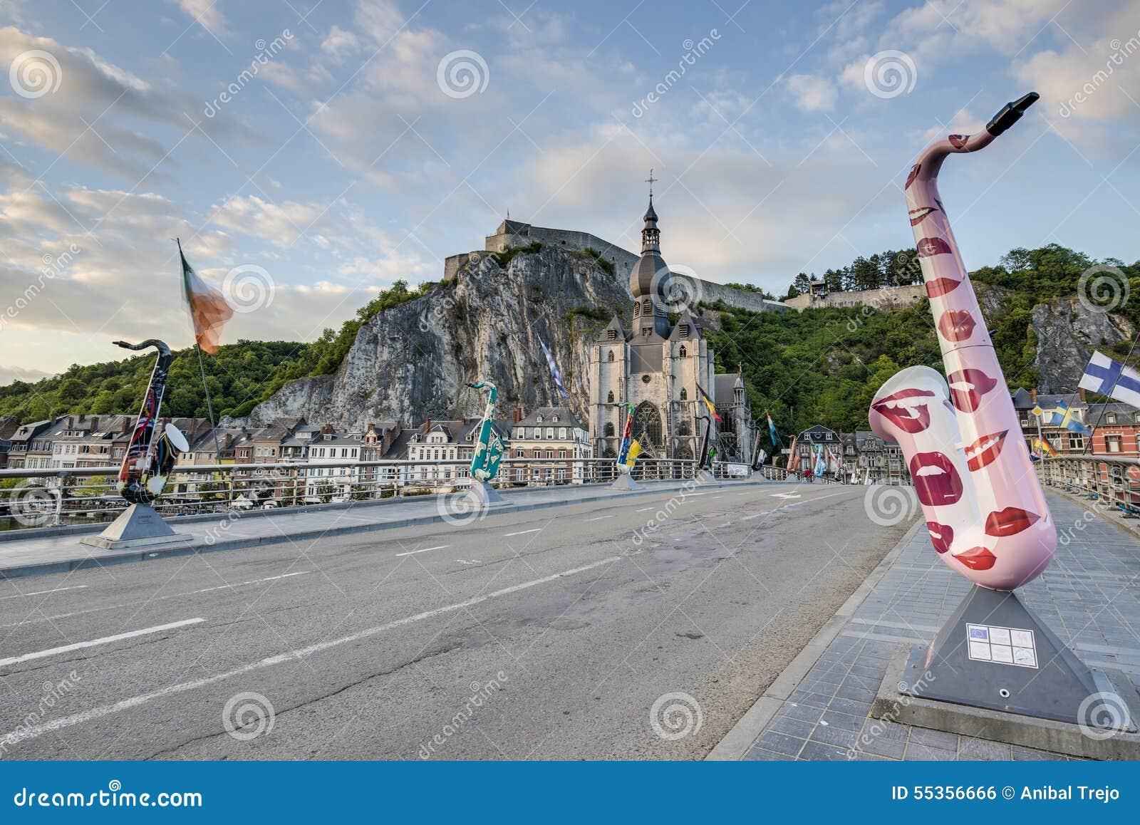 Ponte attraverso il fiume Meuse in Dinant, Belgio